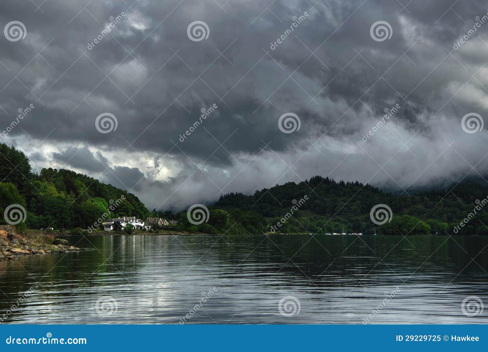 Download O Loch Ganha Com Opinião Da Costa Na Vila Do St. Fillans Imagem de Stock - Imagem de dinghy, edifício: 29229725