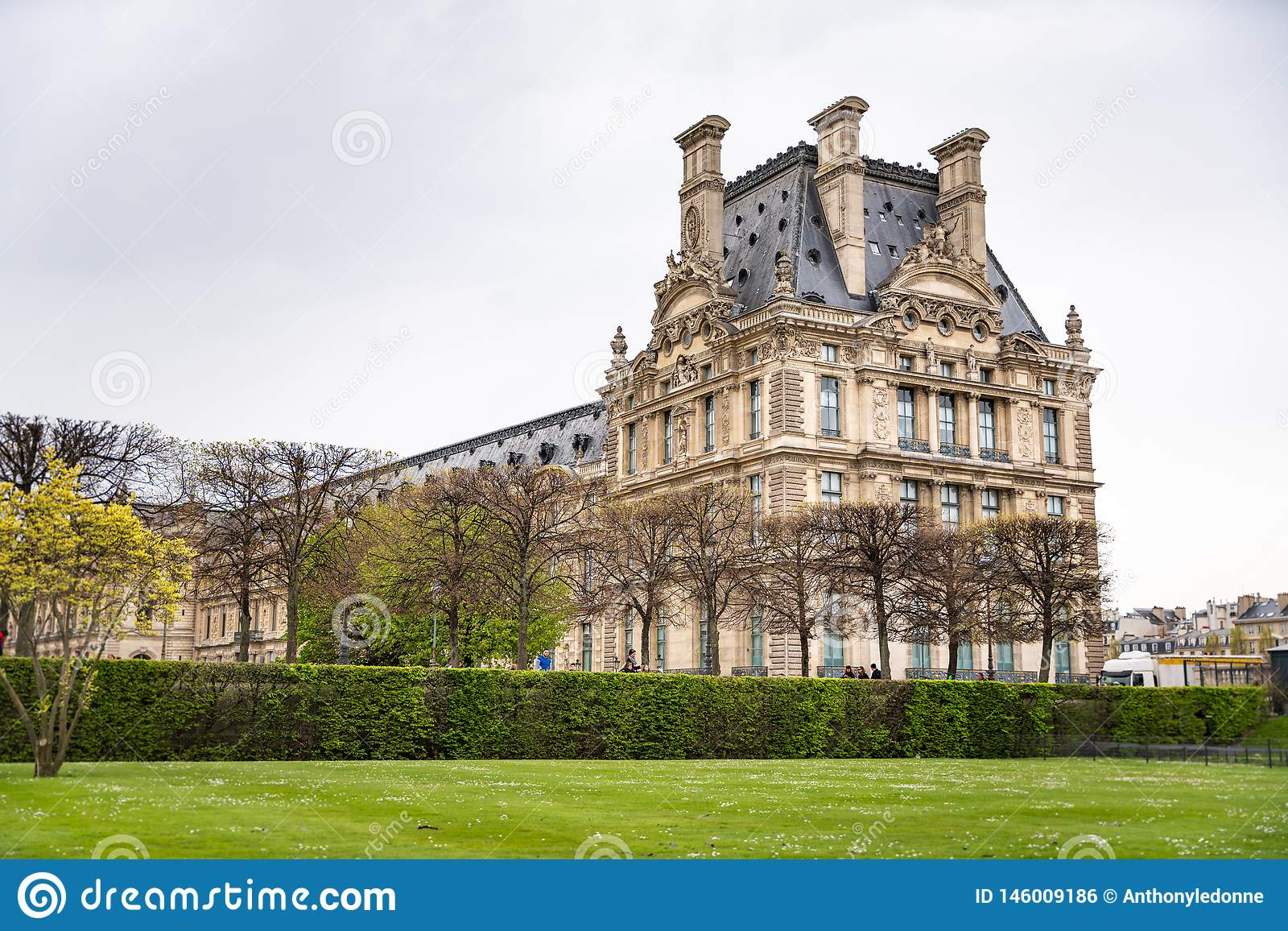 O Louvre viu do DES Tuileries de Jardin em Paris, França