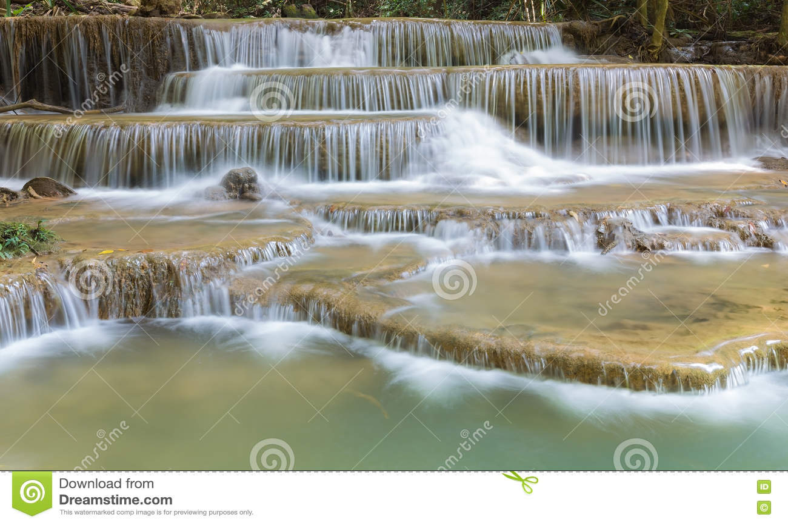 O múltiplo natural mergulha a cachoeira