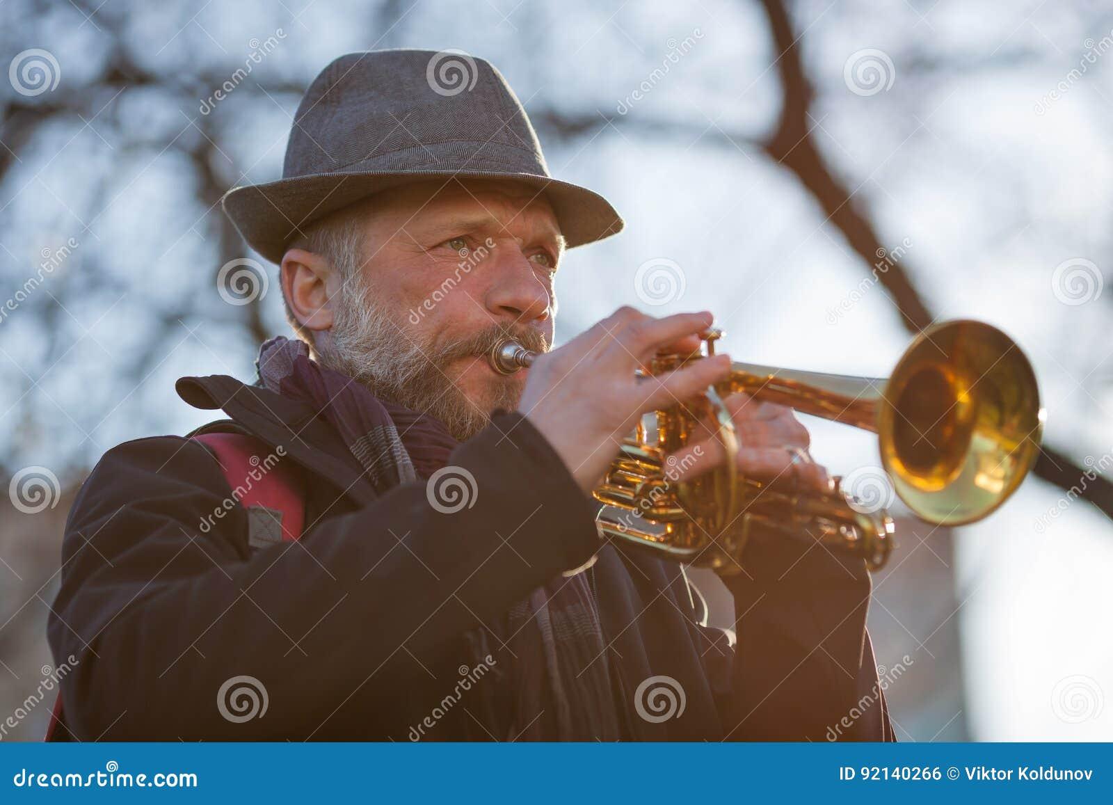 O músico da rua joga a música