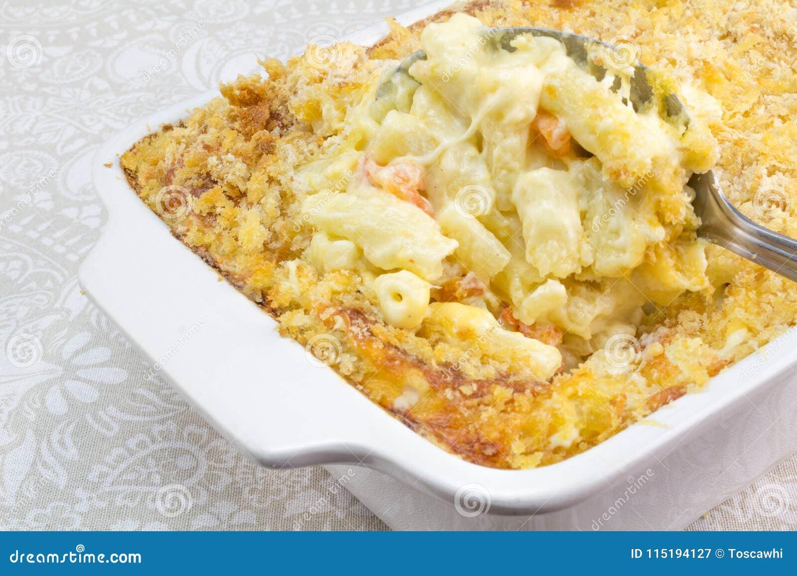 O macarrão, o queijo e o tomate cozem com cobertura da migalha