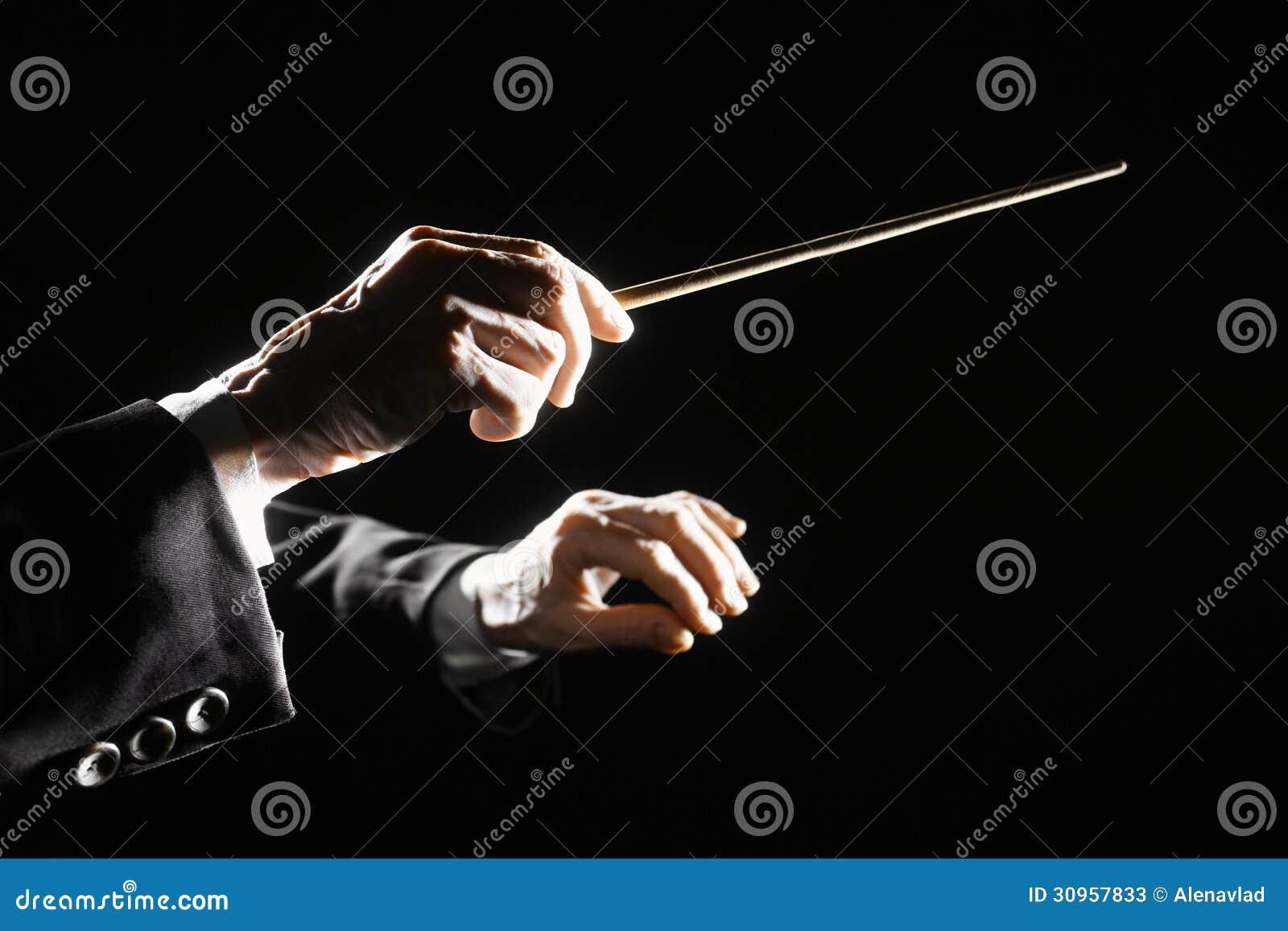 O maestro de orquestra entrega o bastão