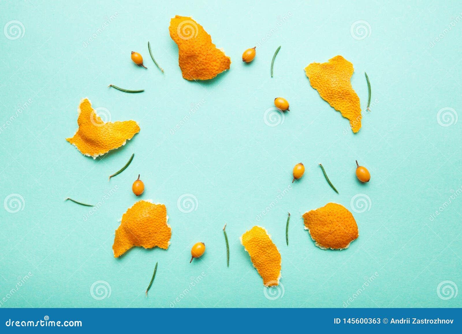 O mandarino, agulhas do espinheiro cerval de mar e do pinho sob a forma de um círculo