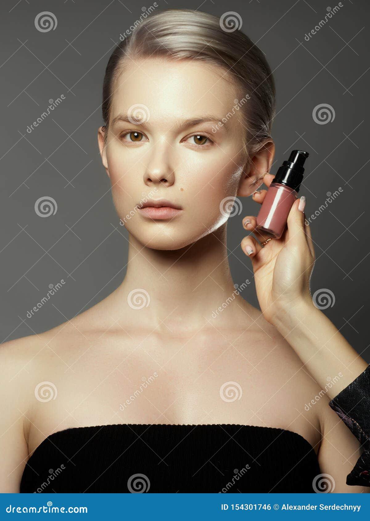 O maquilhador aplica cosméticos Face bonita da mulher Composi??o perfeita Detalhe da composi??o Menina da beleza com pele perfeit