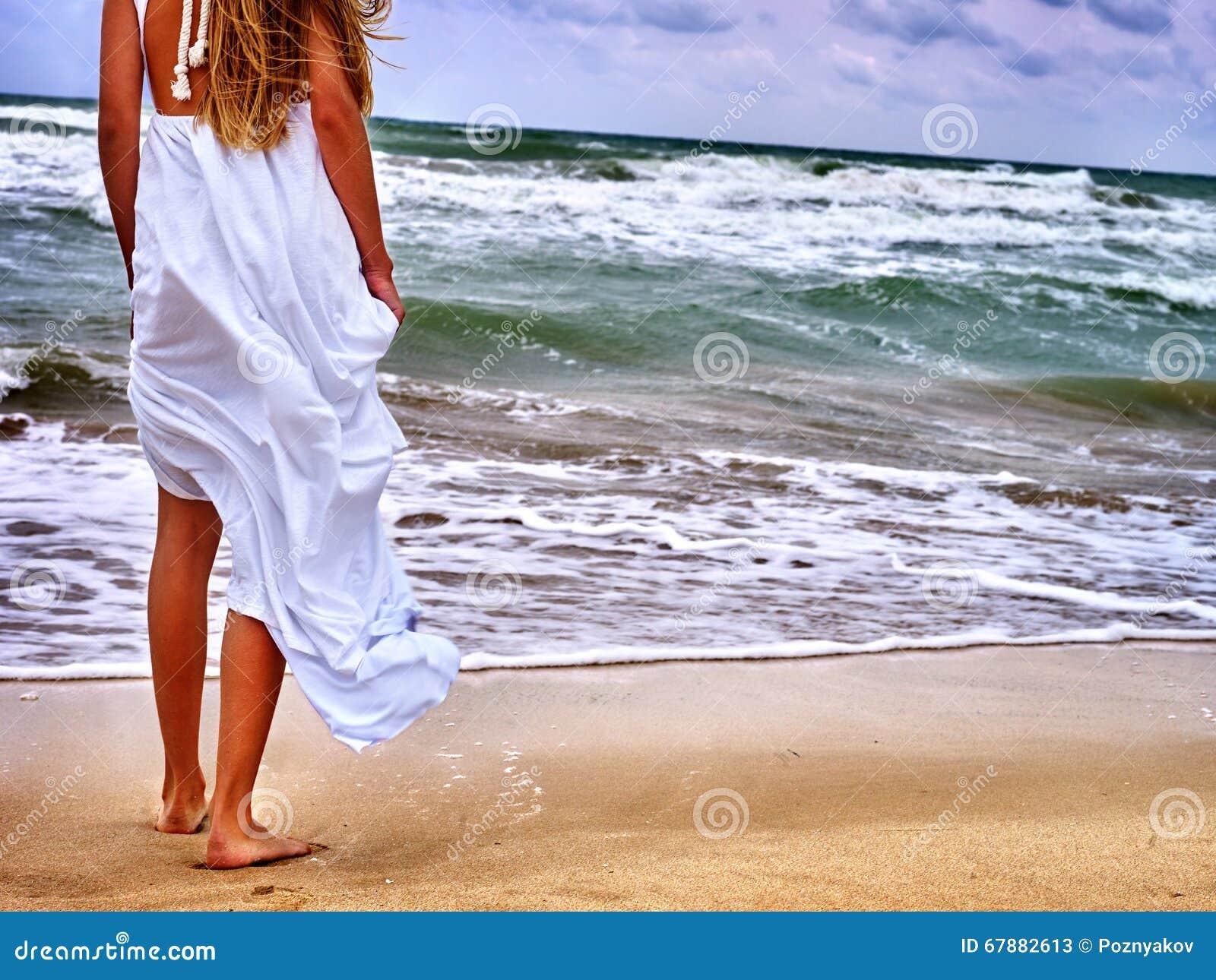 O mar da menina do verão vai na água