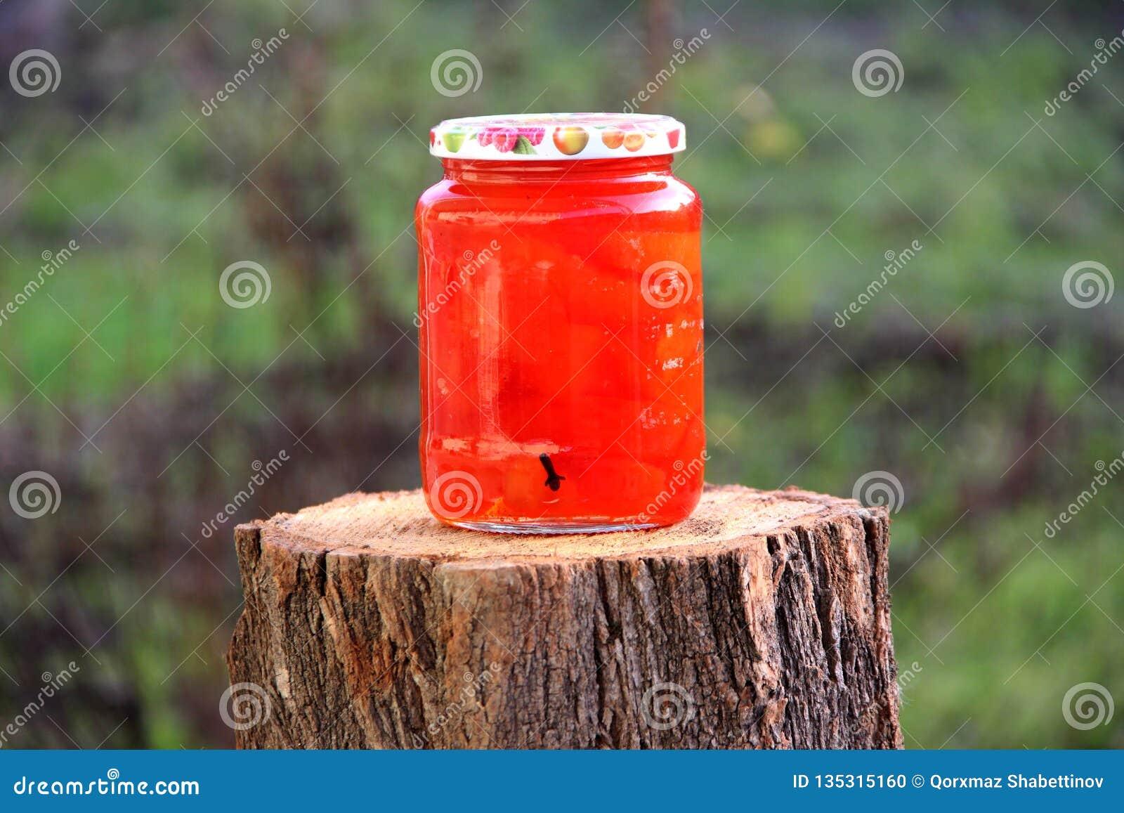 O marmelo do doce preserva o frasco da tampa
