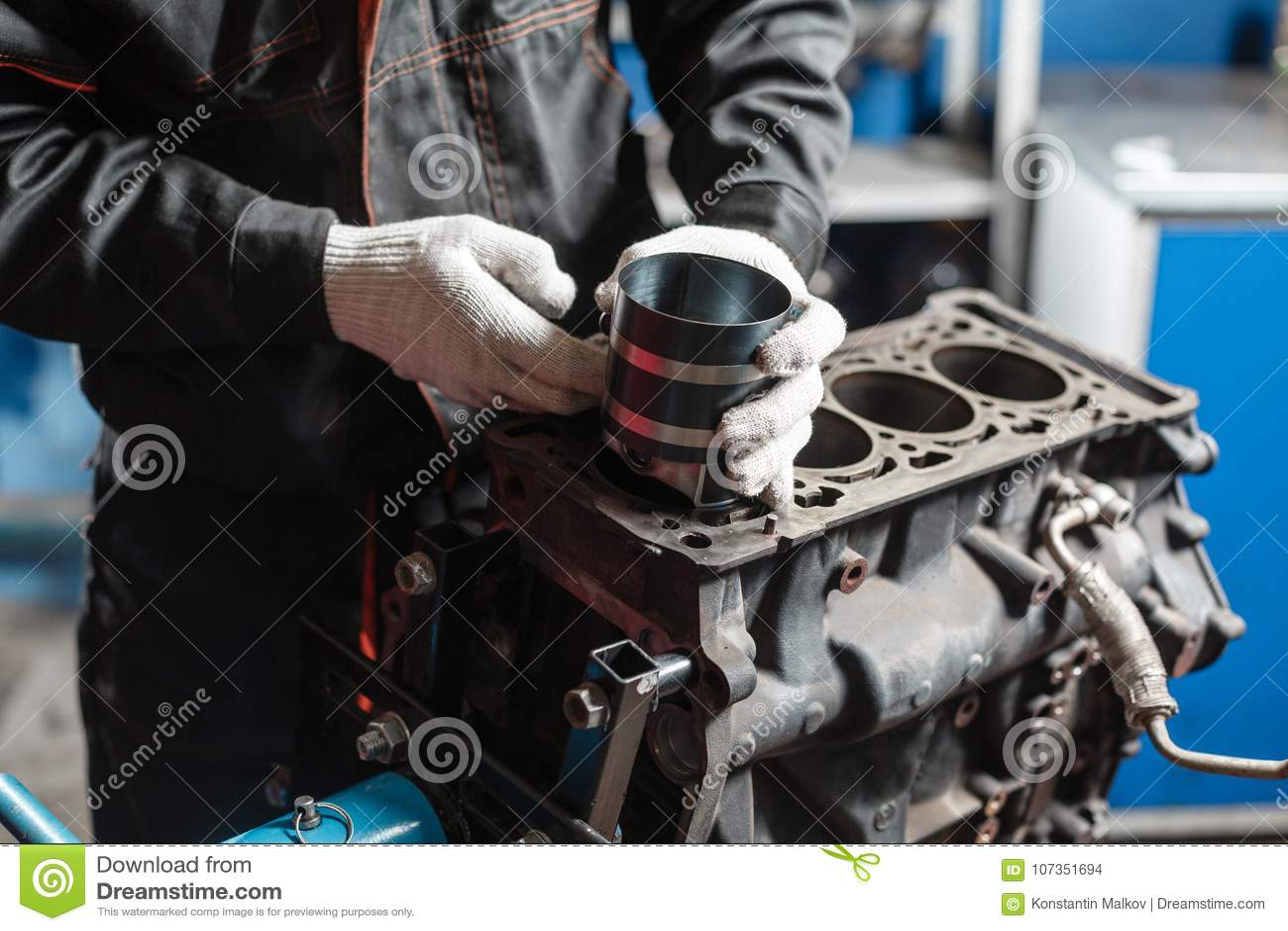 O mecânico instala um pistão novo Desmonte o veículo do bloco de motor Reparo do capital do motor Dezesseis válvulas e quatro