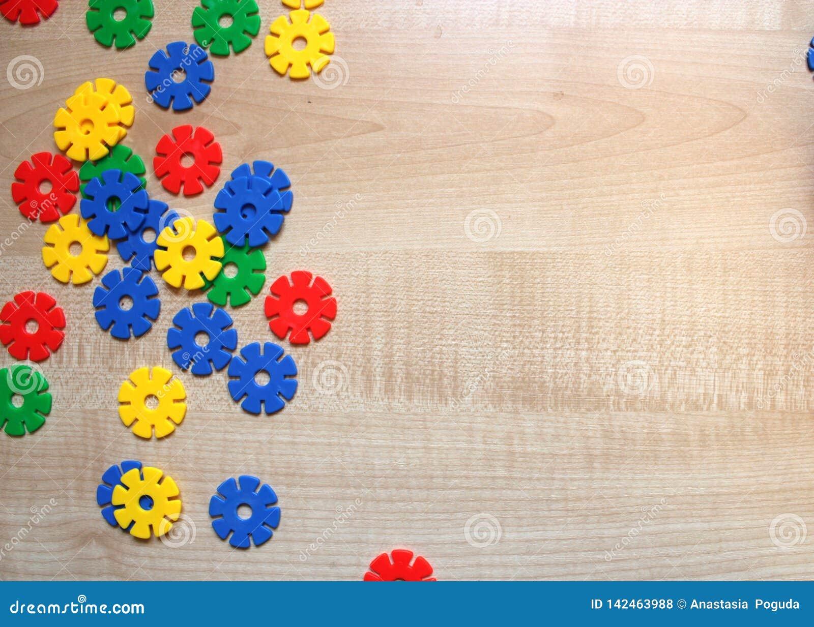 O meccano das crianças da cor em um fundo de madeira claro