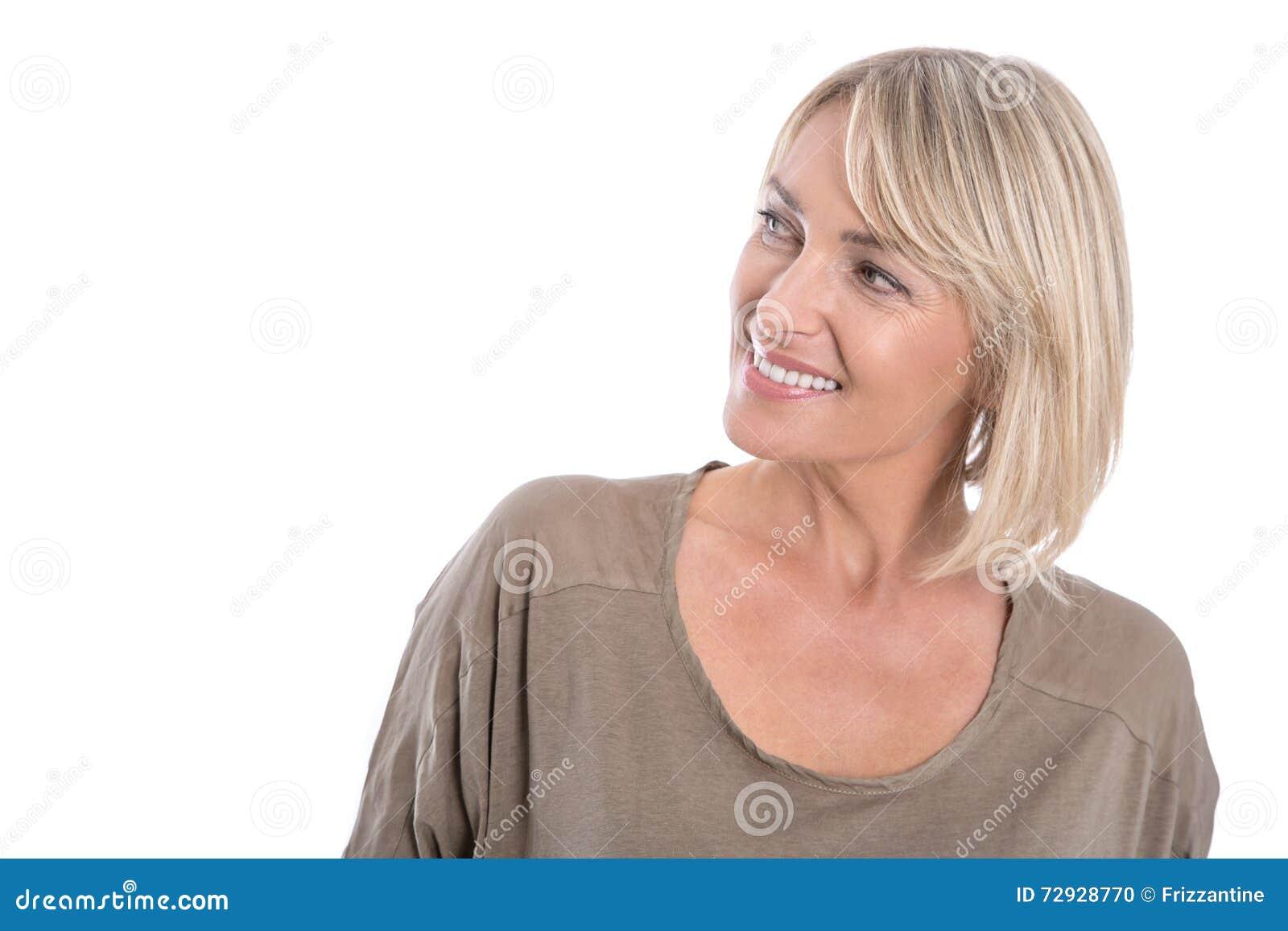 O meio atrativo envelheceu a mulher loura que olha lateralmente para text