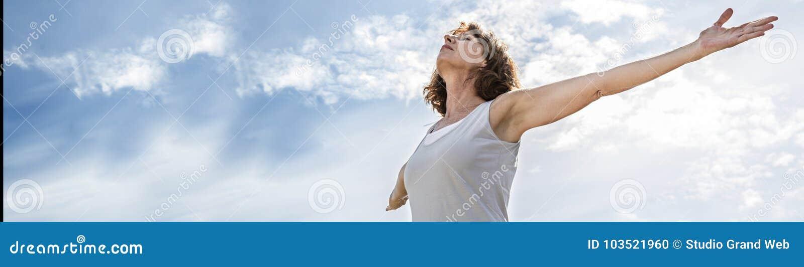O meio do zen envelheceu a mulher da ioga que abre seu chakra, bandeira