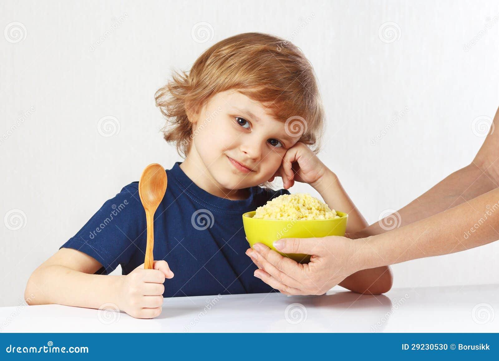 Download O Menino Bonito Pequeno Está Indo Comer O Cereal De Pequeno Almoço Foto de Stock - Imagem de criança, cereal: 29230530