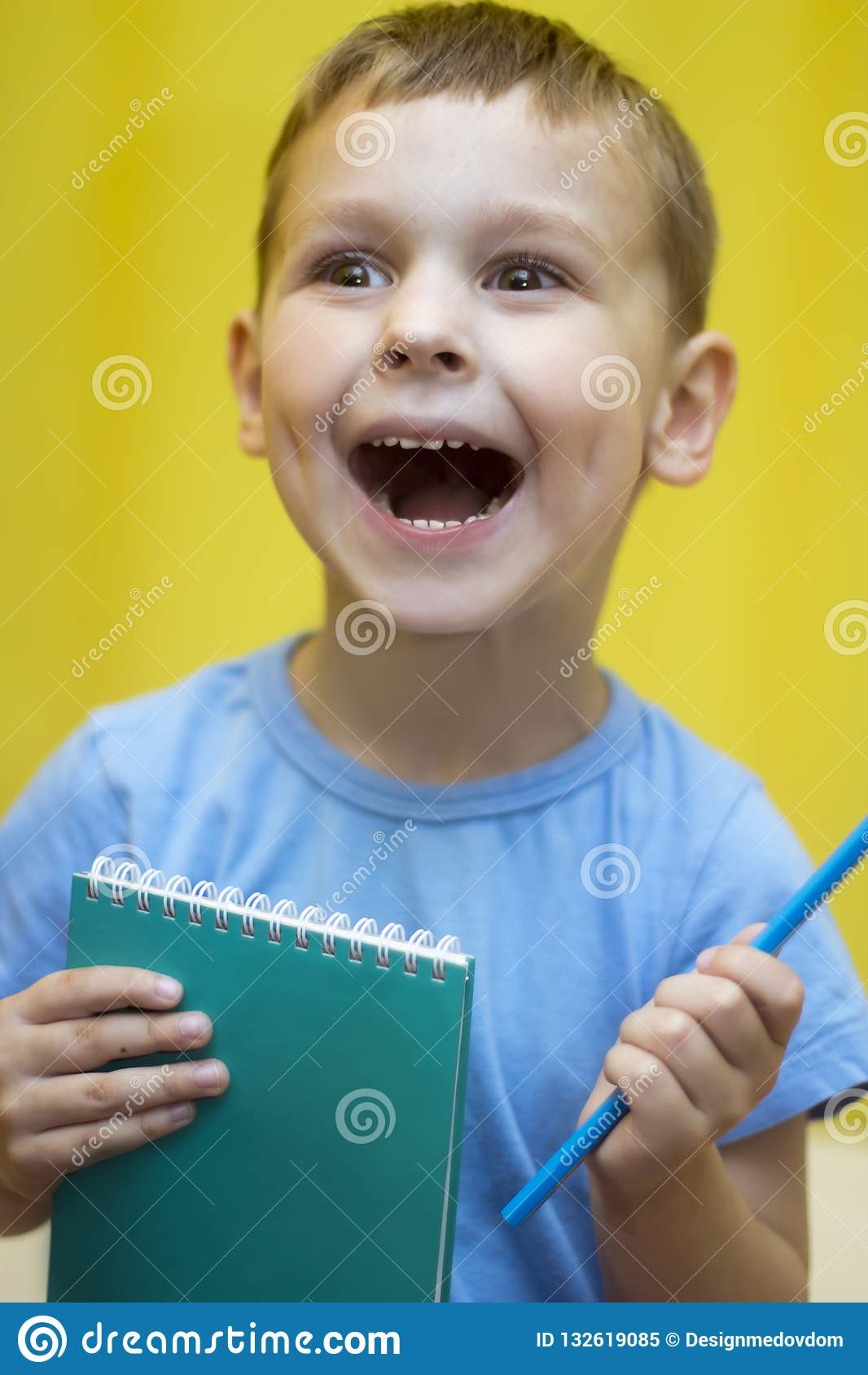 O menino com o caderno está feliz