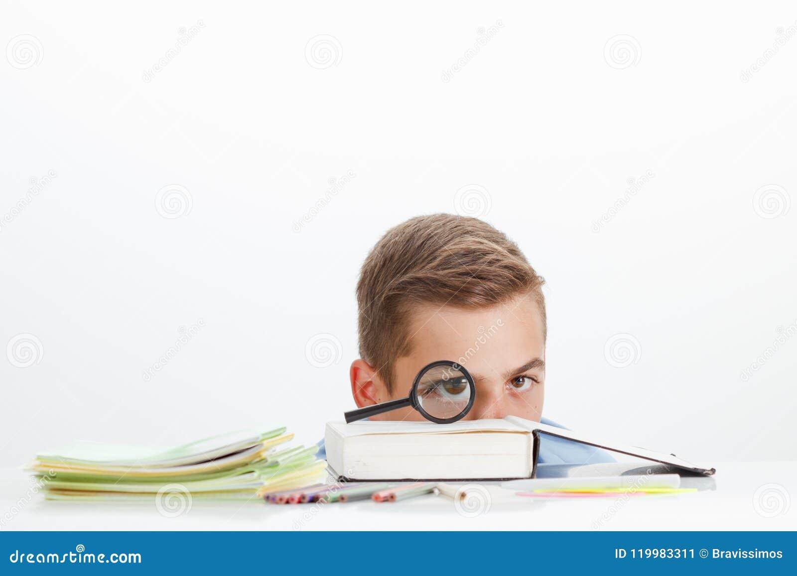 O menino de escola com aprendizagem fornece a leitura do livro do ABC, conceito da educação