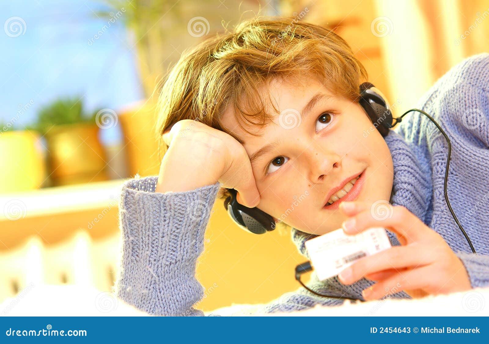 O menino escuta a música