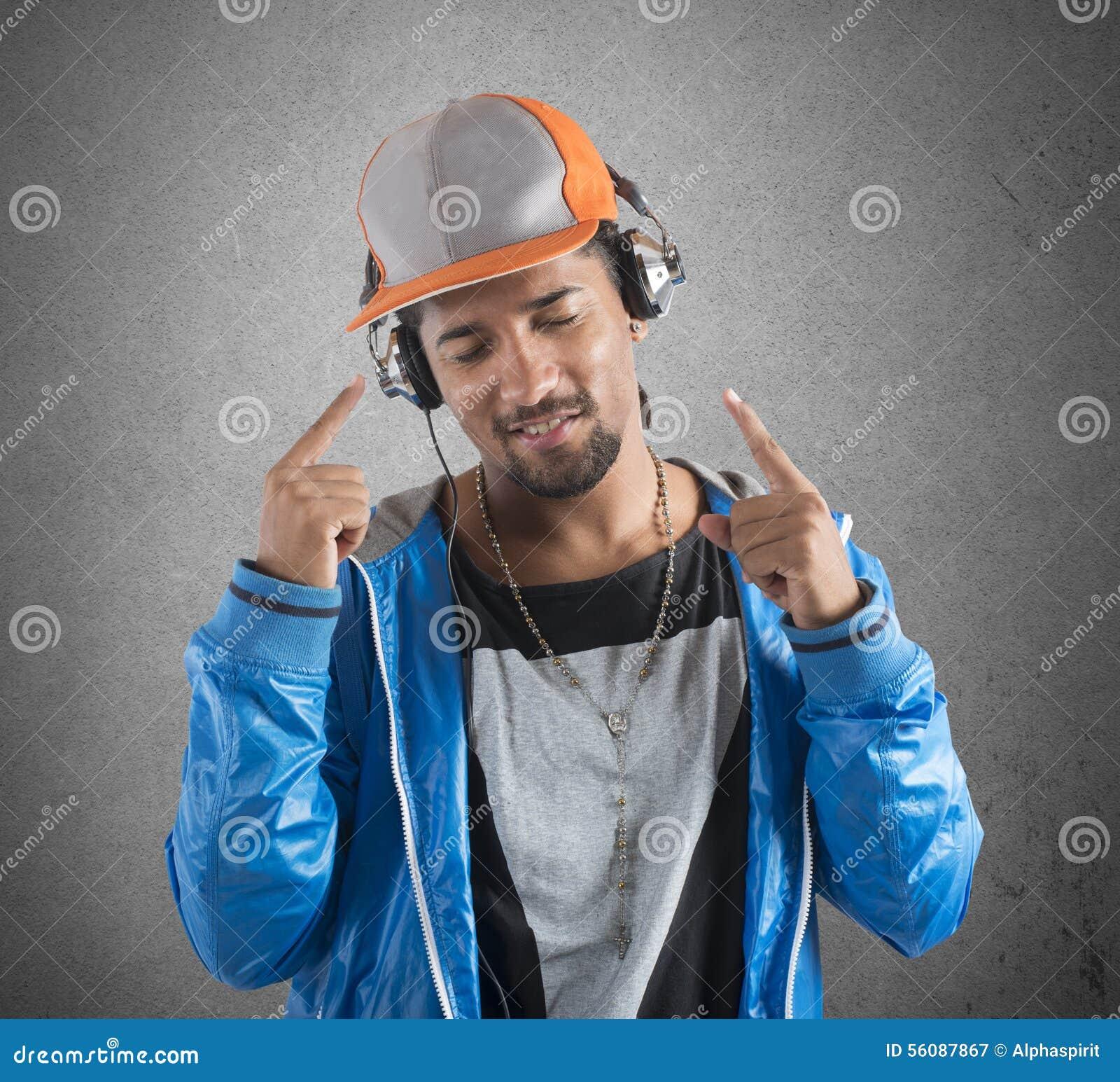 O menino fresco escuta música
