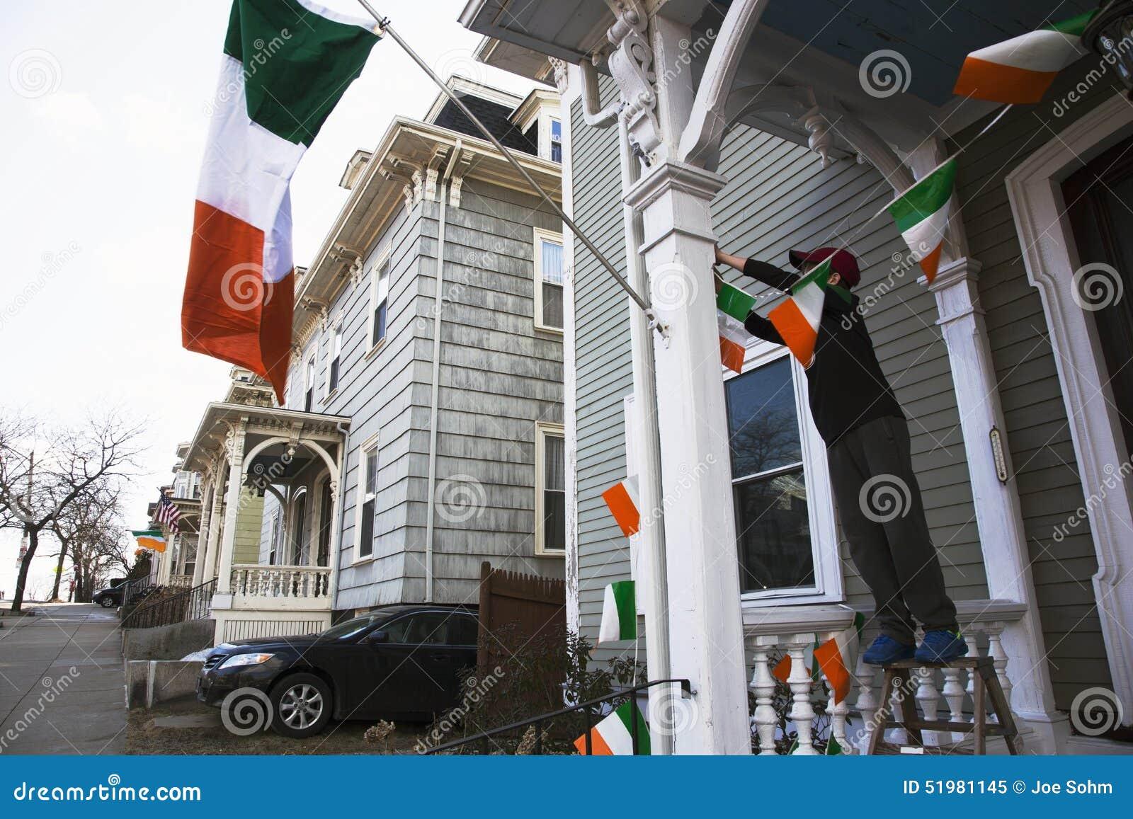 O menino indica a bandeira irlandesa, parada do dia de St Patrick, 2014, Boston sul, Massachusetts, EUA