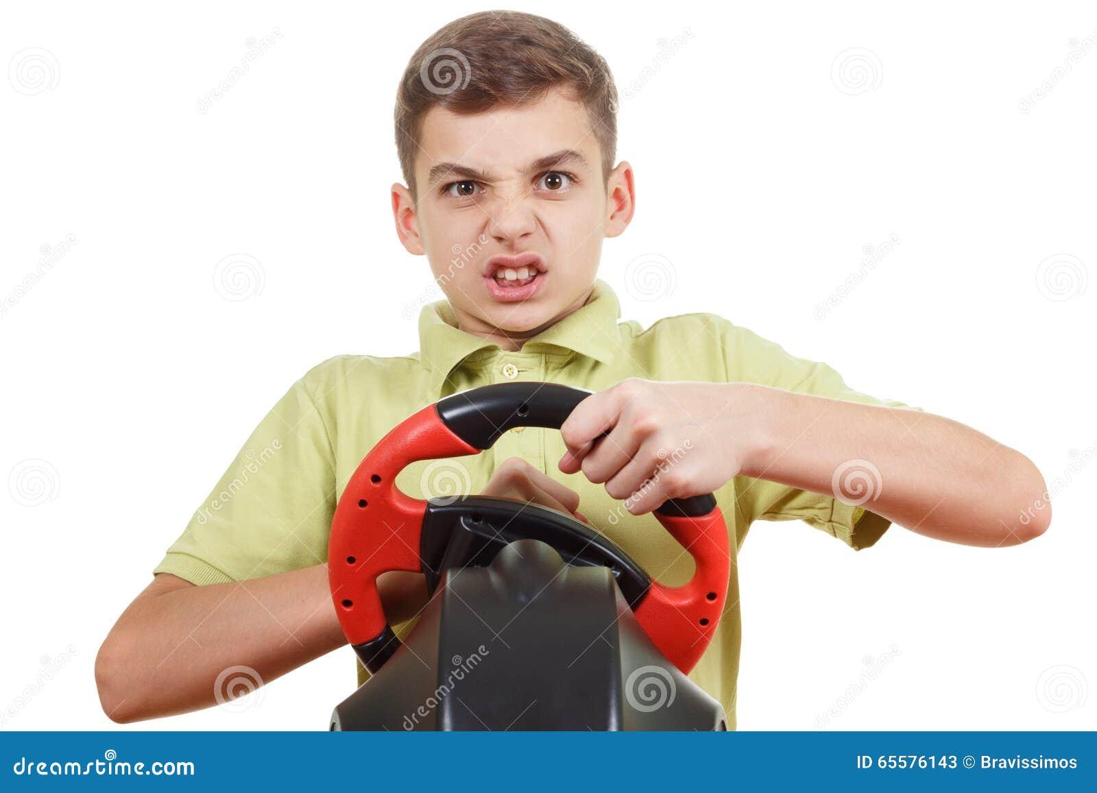 O menino irritado joga um console de condução do jogo, isolado no branco