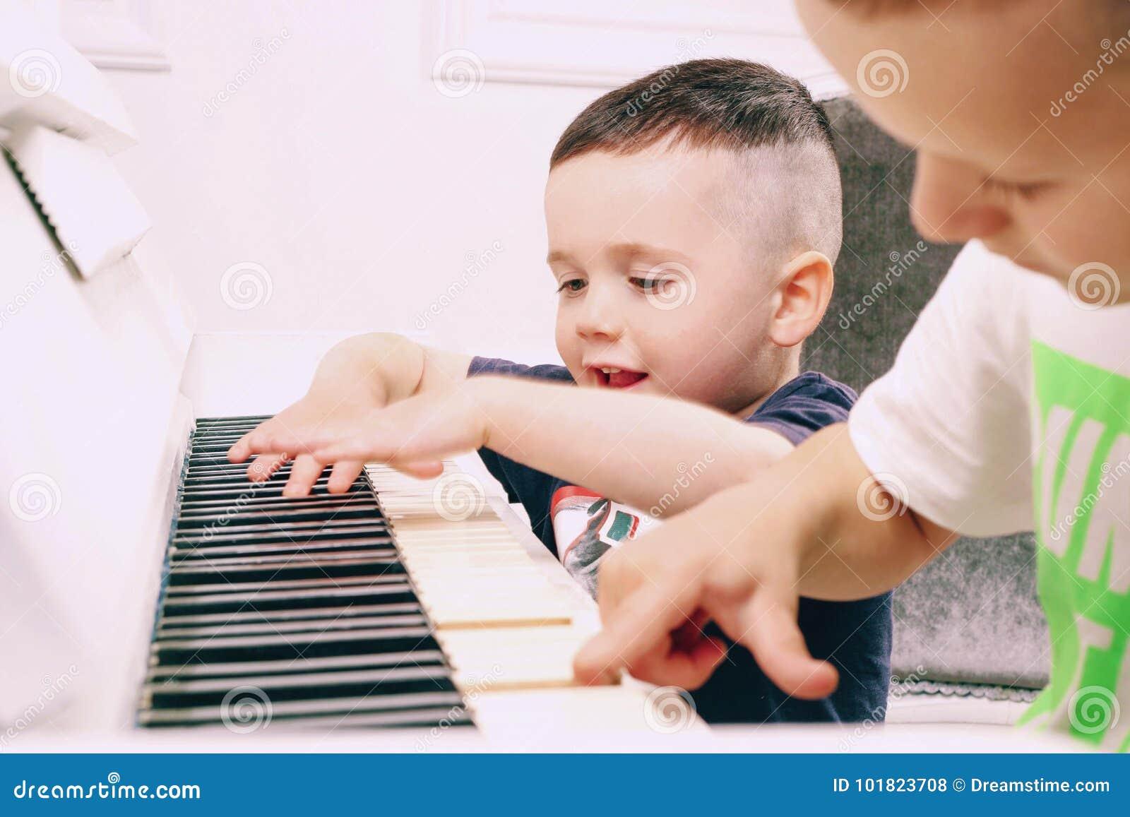 O menino joga o piano