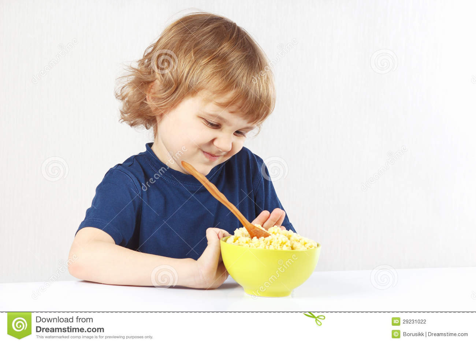 Download O Menino Louro Bonito Pequeno Recusa Comer O Cereal Foto de Stock - Imagem de distaste, aversão: 29231022