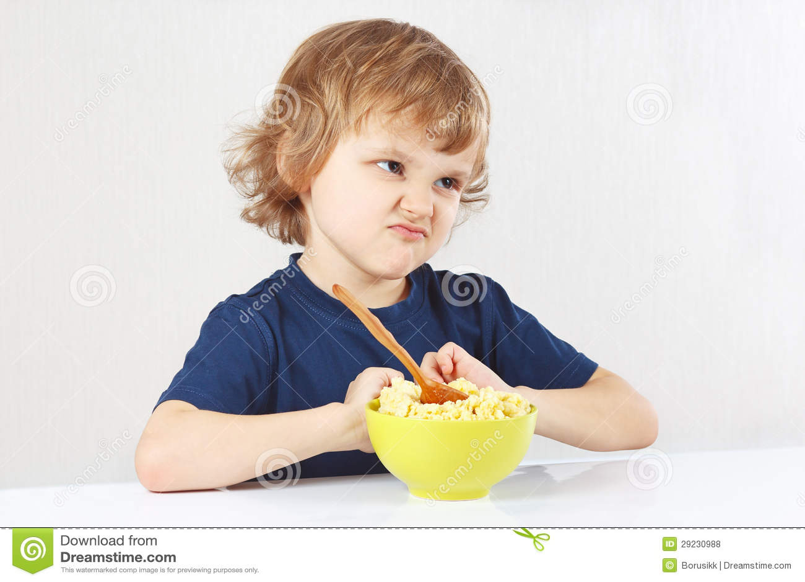Download O Menino Louro Bonito Pequeno Recusa Comer O Papa De Aveia Foto de Stock - Imagem de saúde, cute: 29230988
