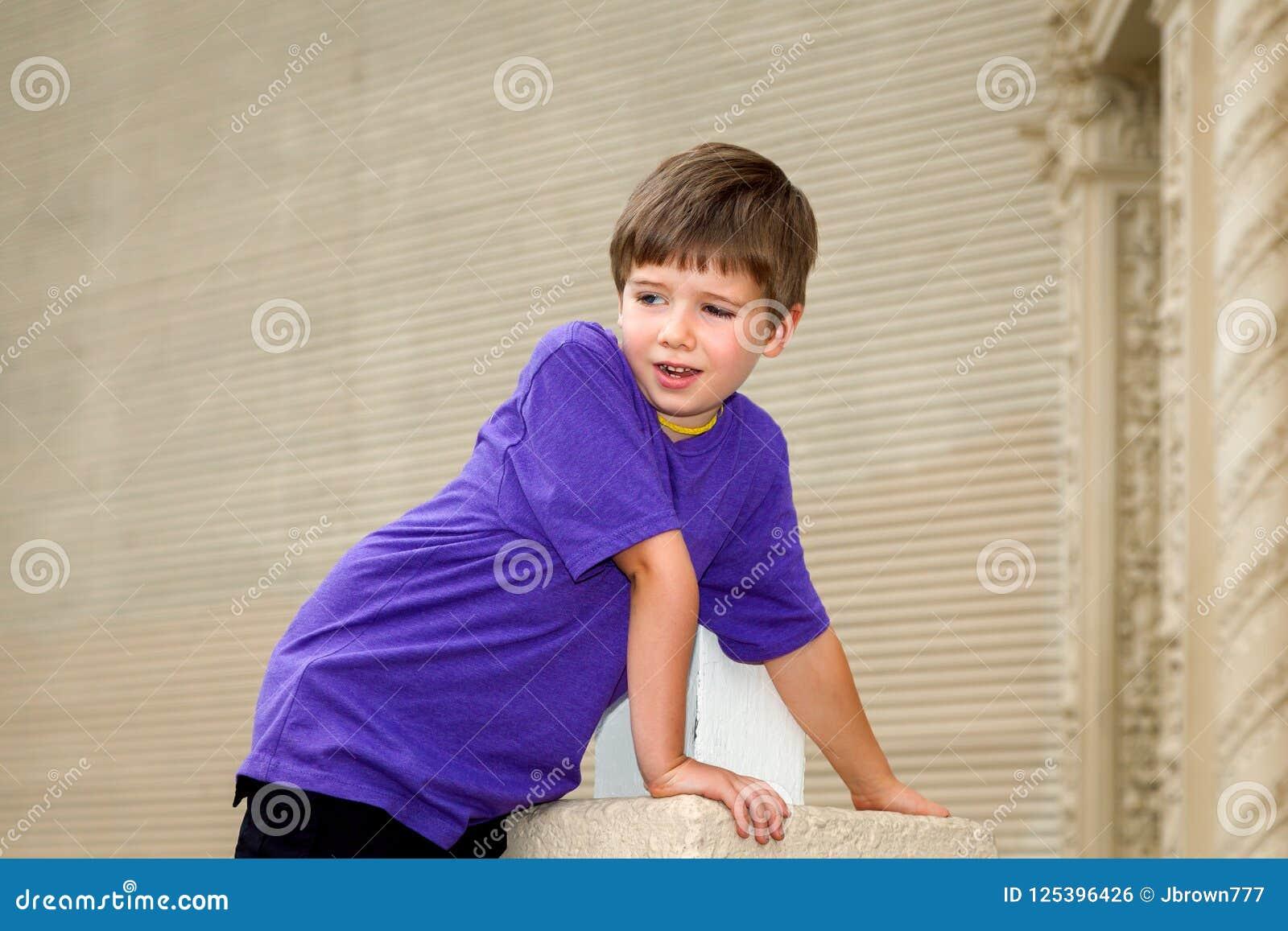 O menino novo articulado dobro com Hypermobility do cotovelo inclina F