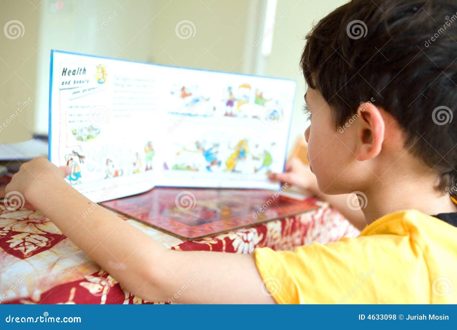 O menino novo redige em seu storybook