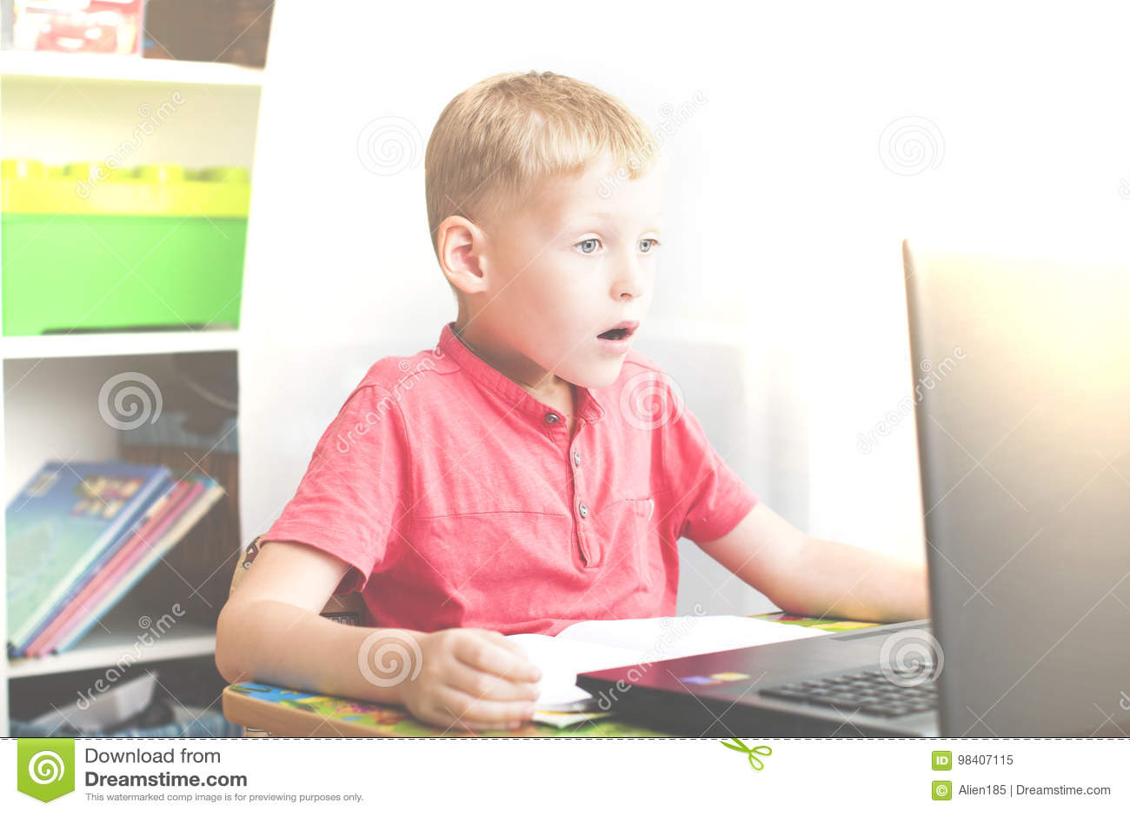 O menino reage ao usar um portátil