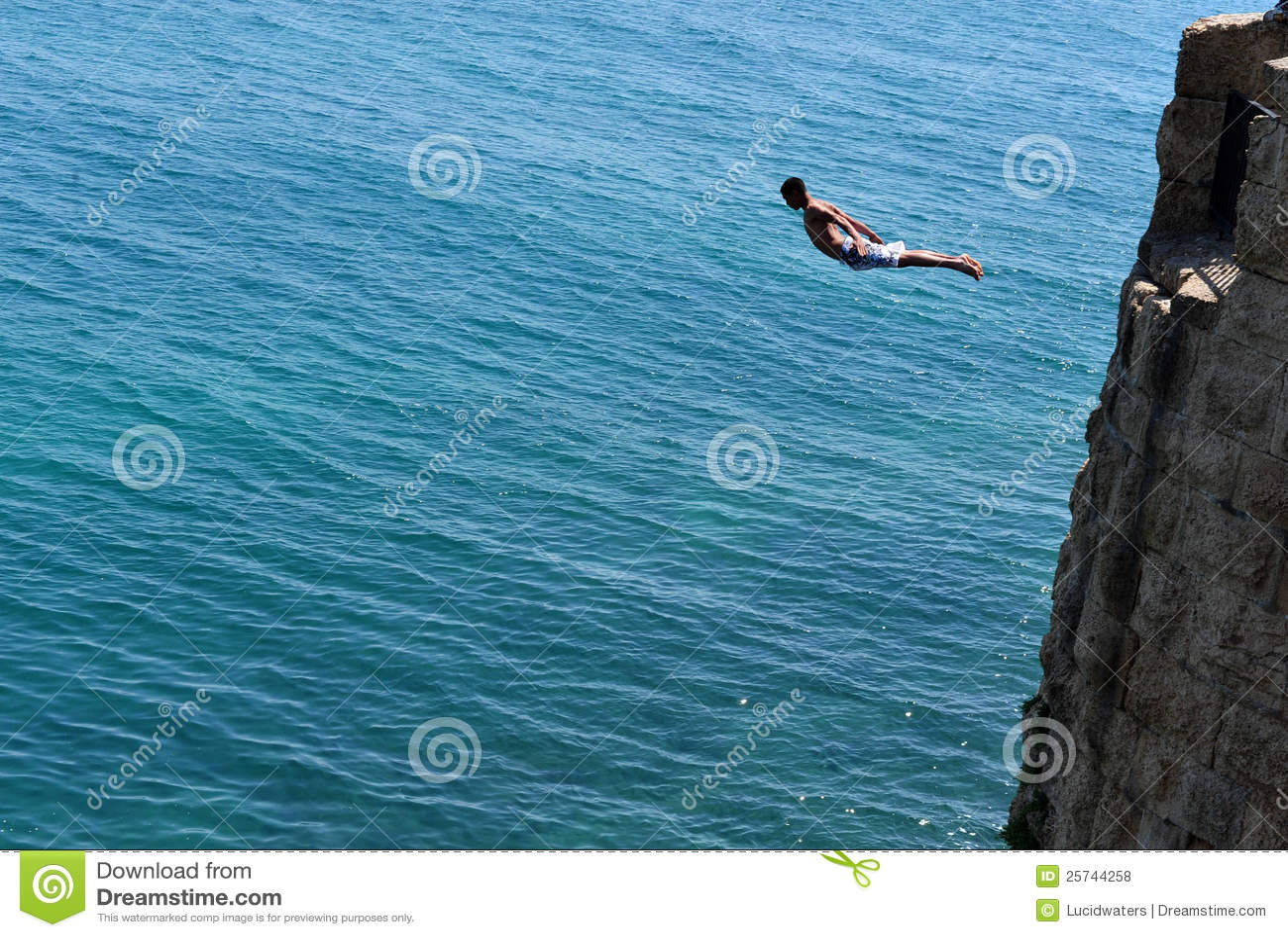 O menino salta das paredes antigas do acre