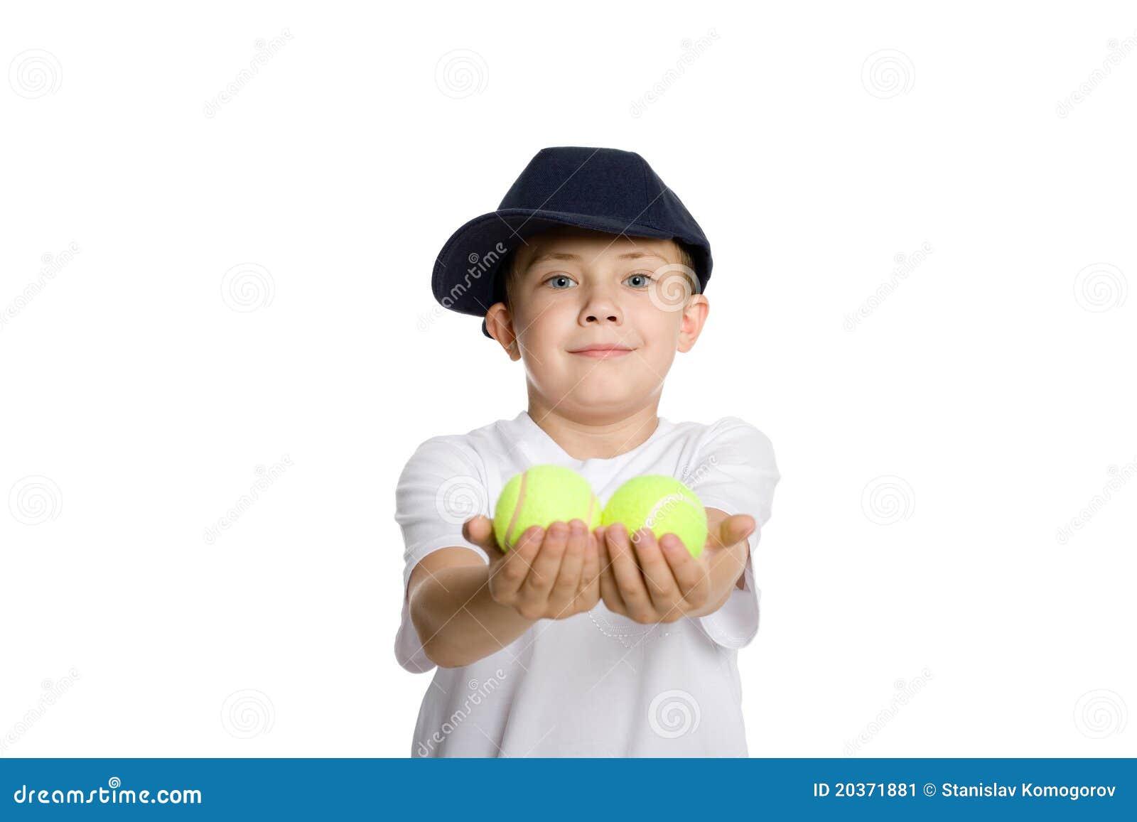 O menino toma as esferas de tênis