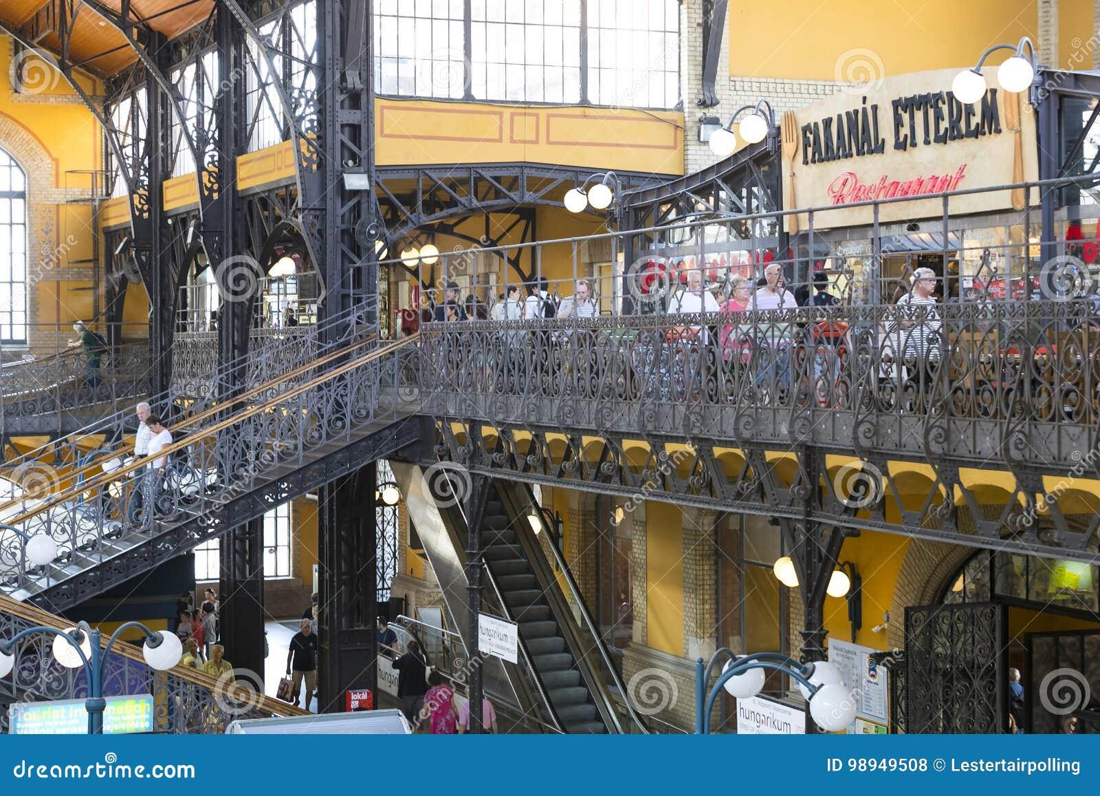 O mercado central grande de Budapest, um lugar da visita dos turistas para compras das salsichas de uma paprika das lembranças
