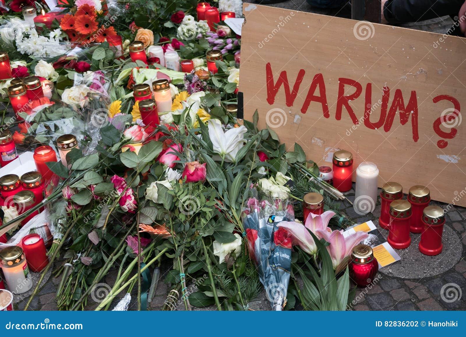 O mercado do Natal em Berlim, o dia após um caminhão conduziu em uma multidão de povos