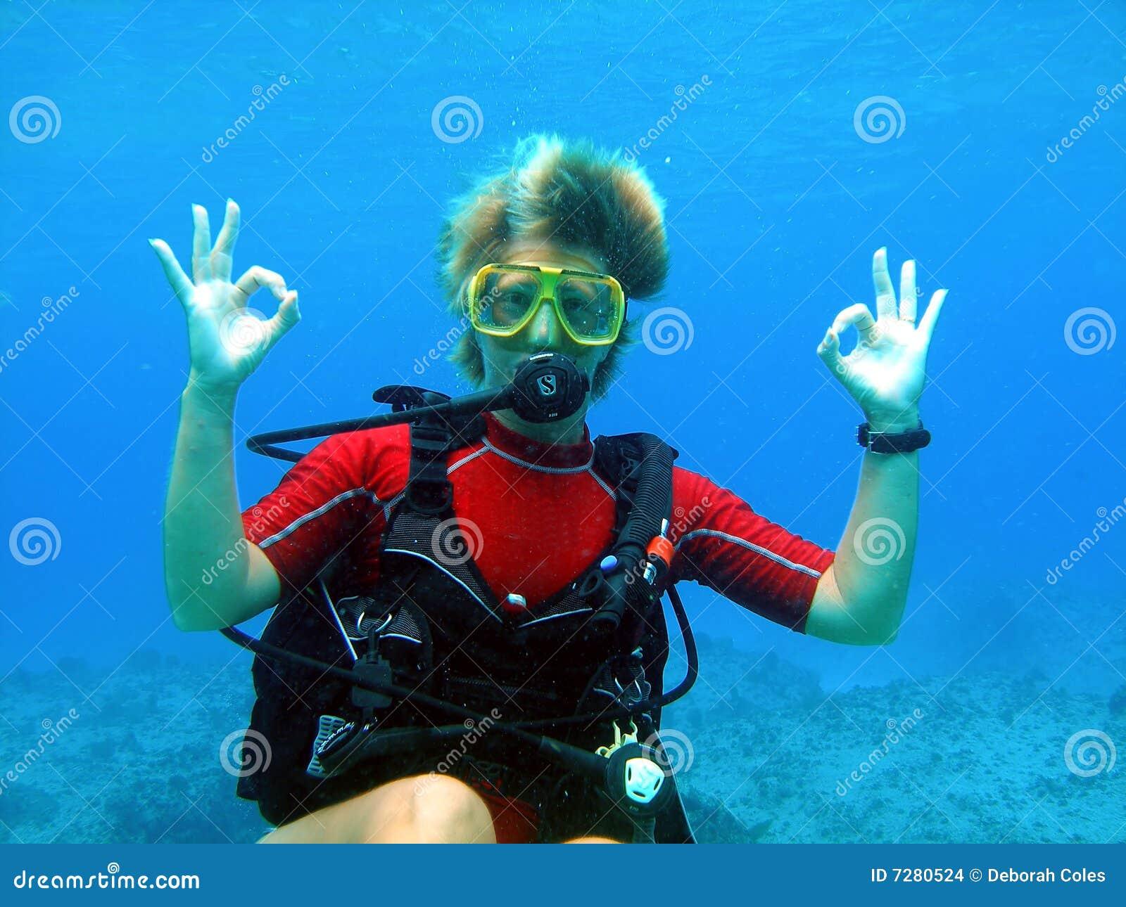 O mergulhador do mergulhador dá uma aprovação grande