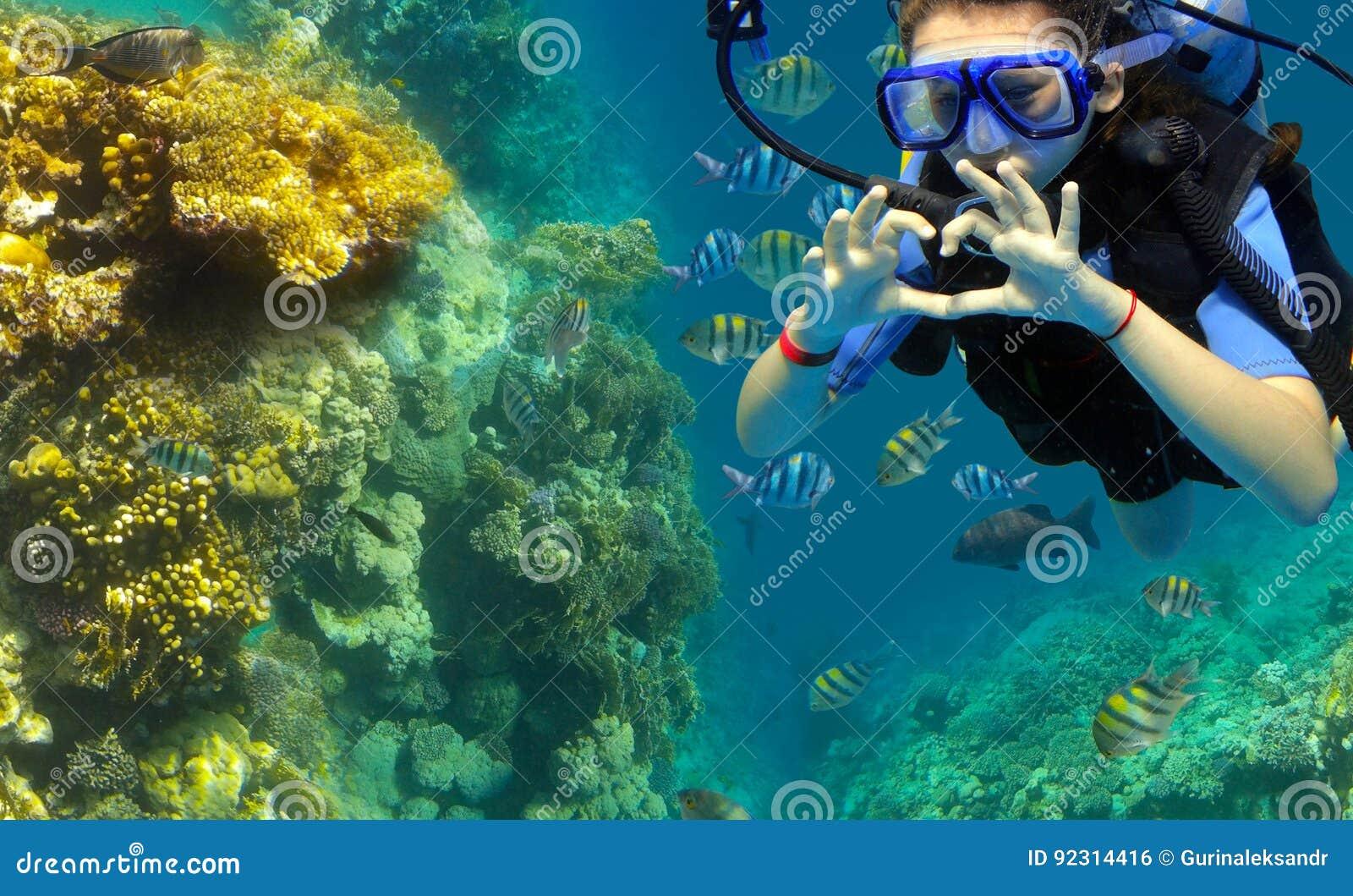 O mergulhador mostra um gesto