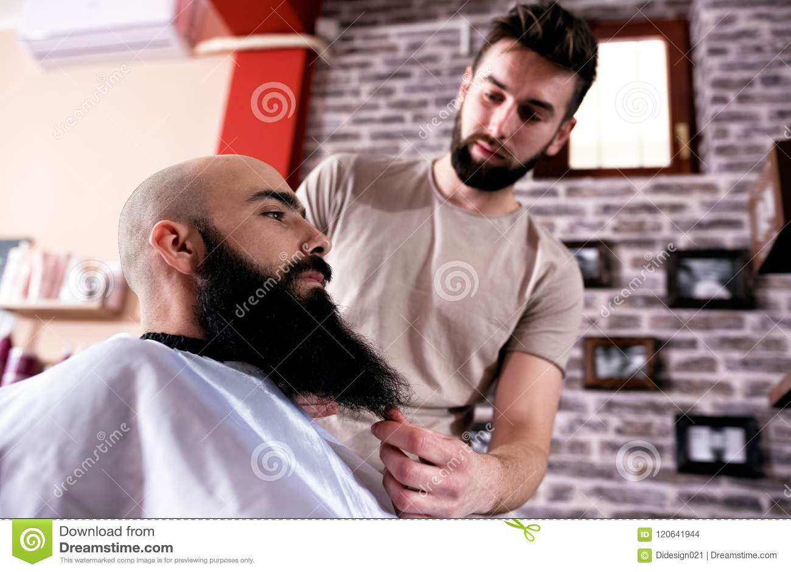 O mestre faz a correção das barbas no salão de beleza do barbeiro