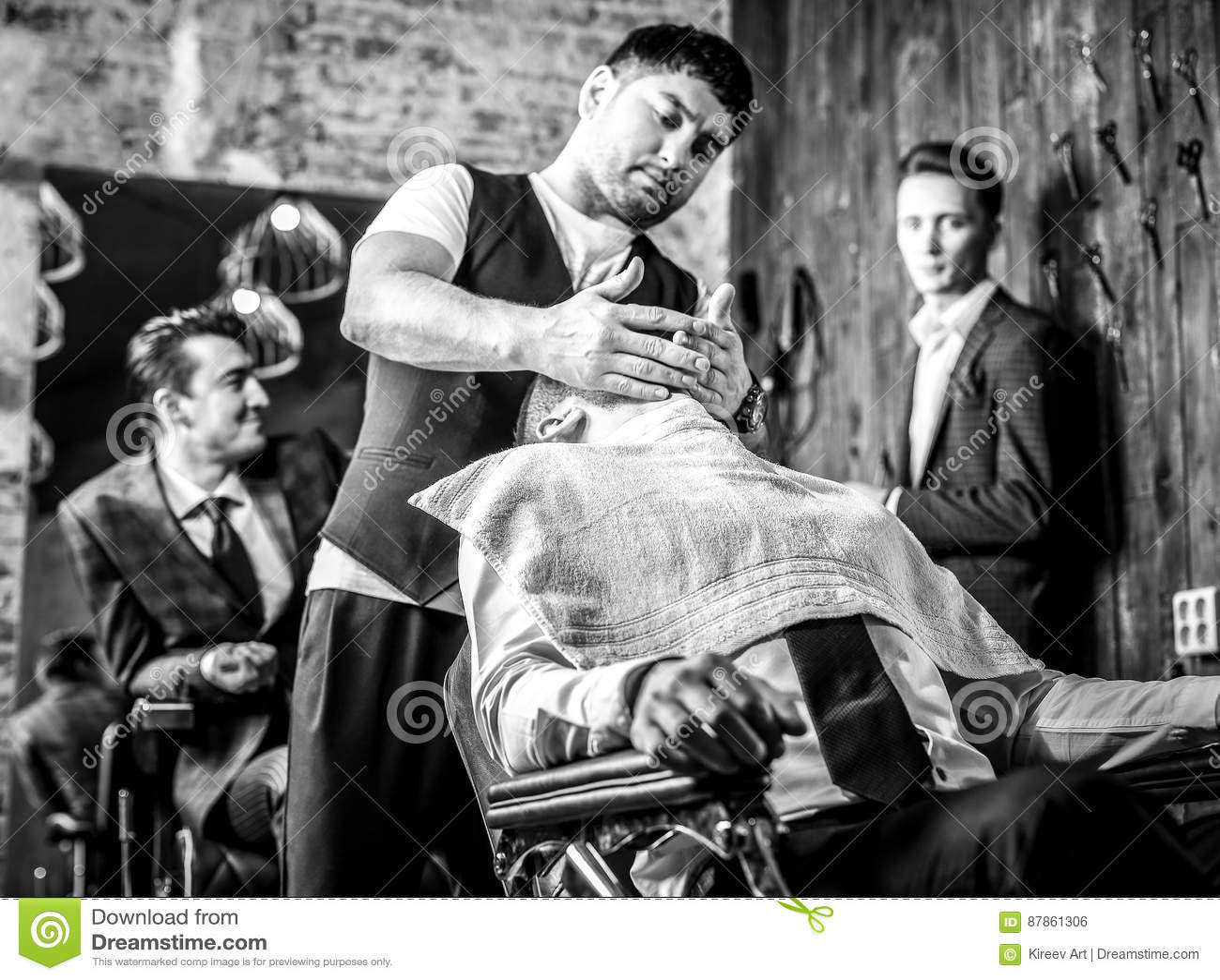 O mestre faz o penteado no salão de beleza do barbeiro fim Preto-branco acima da foto