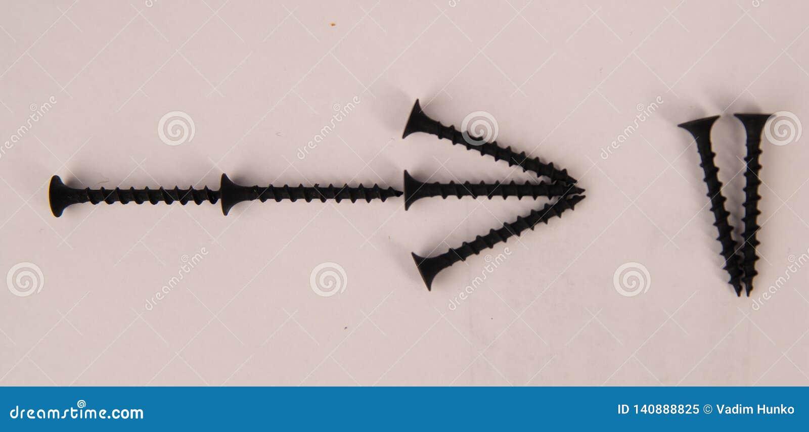 O metal parafusa com a seta no fundo branco