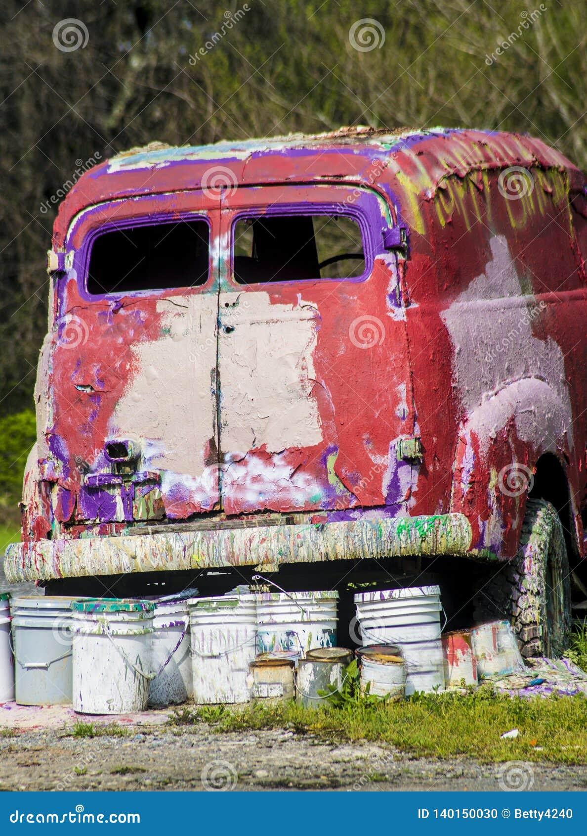 O metal rústico em um caminhão abandonado