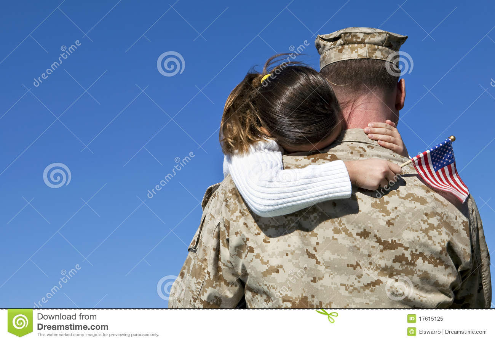 O militar abraça a filha