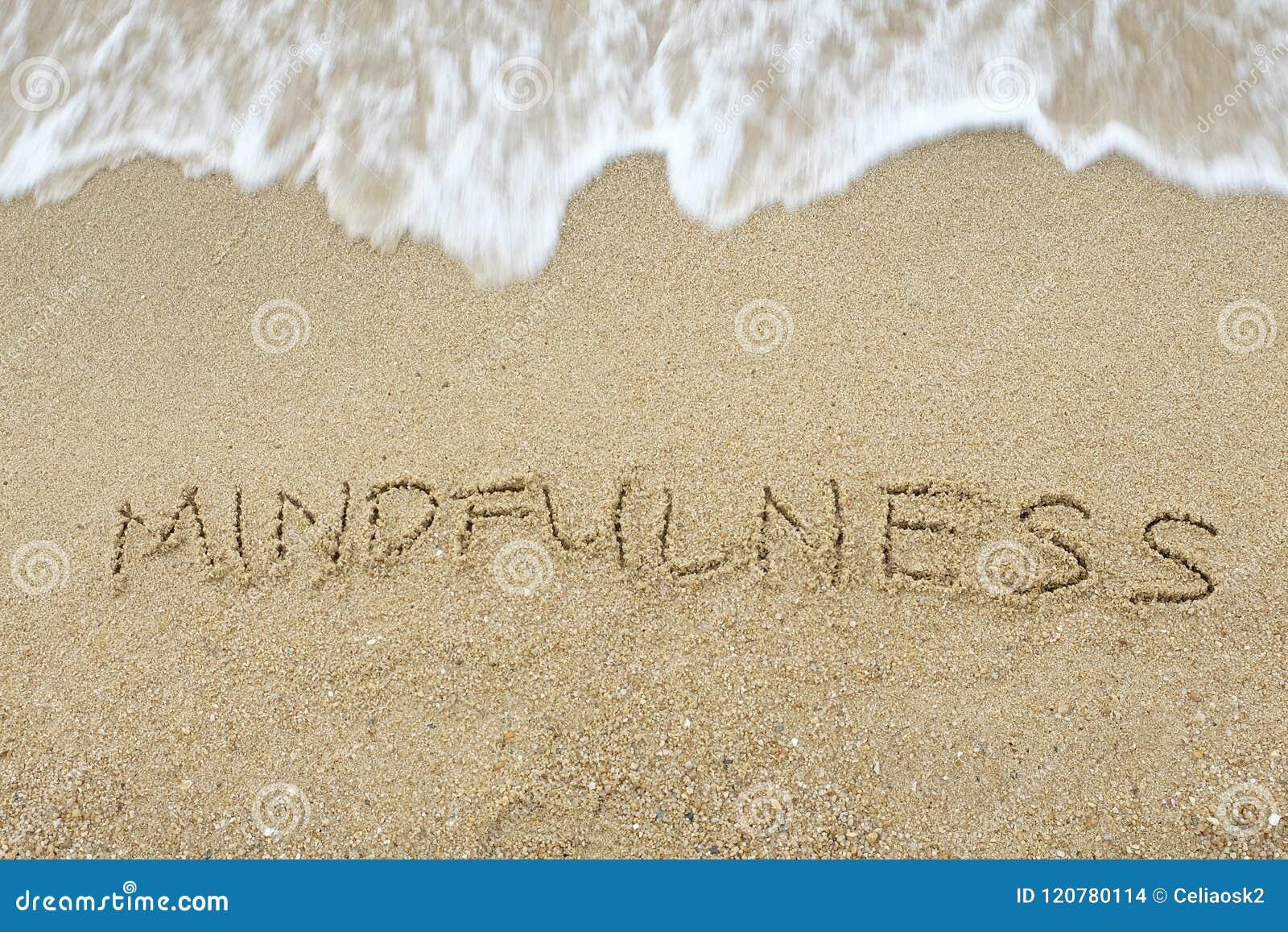 O Mindfulness da palavra escrito na areia