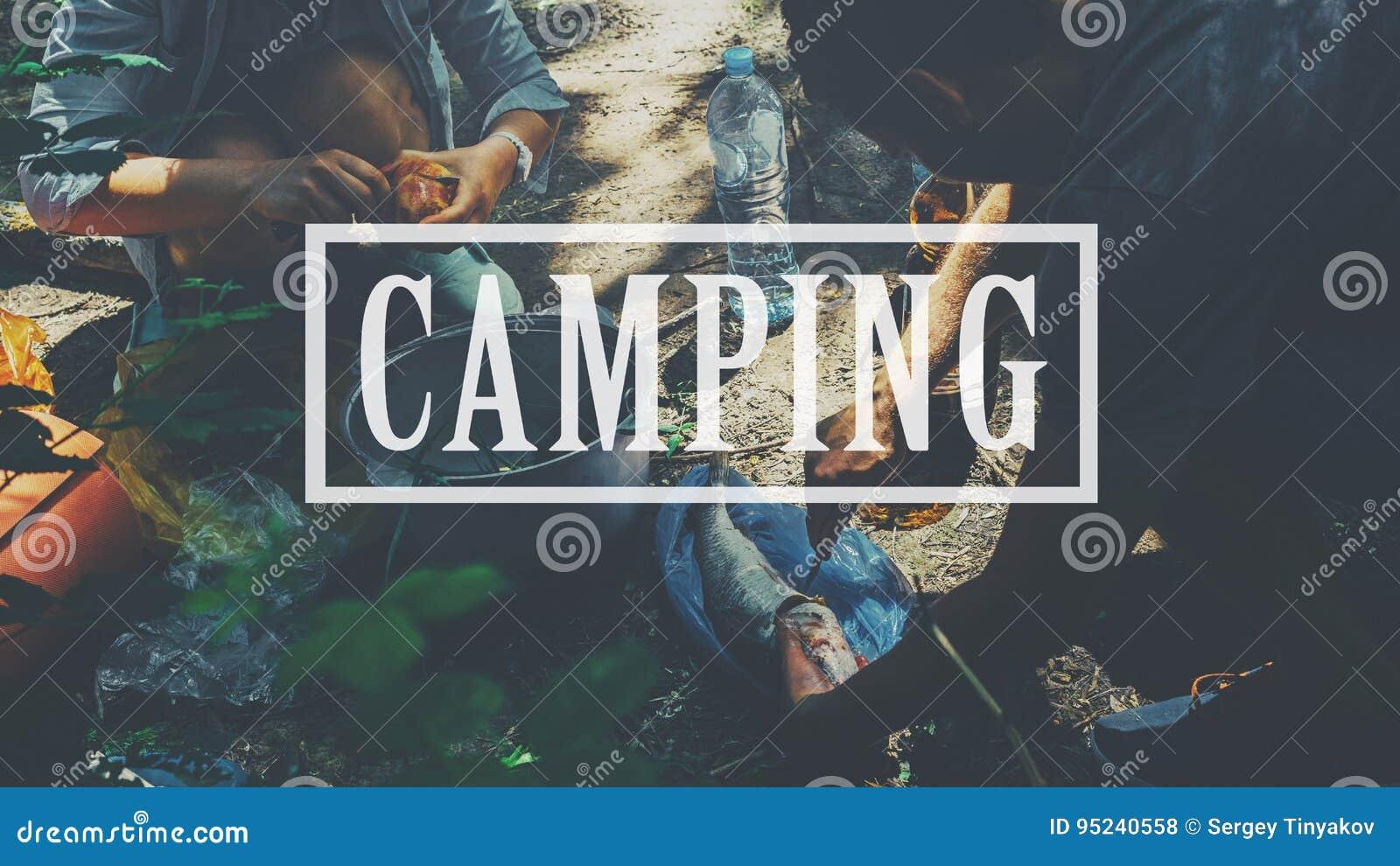 O mochileiro que acampa caminhando o passeio na montanha do curso da viagem relaxa o conceito do fogão Acampamento, inscrição no