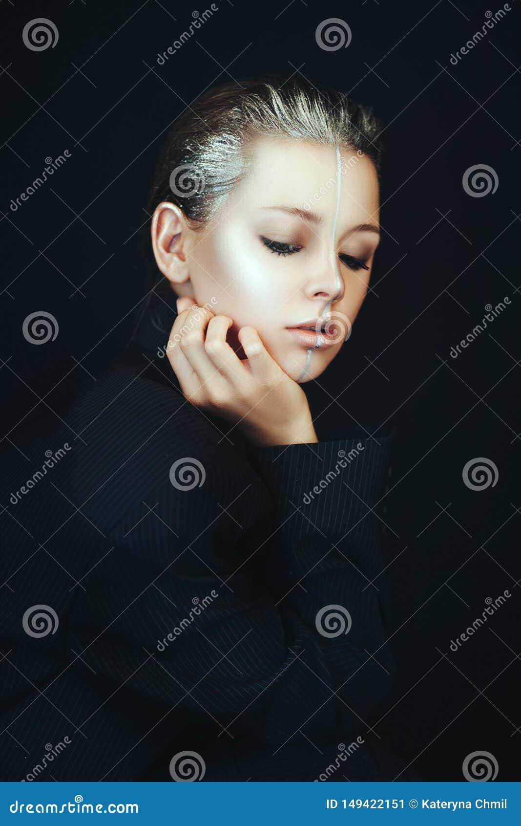 O modelo bonito est? levantando em um banheiro com composi??o de prata criativa