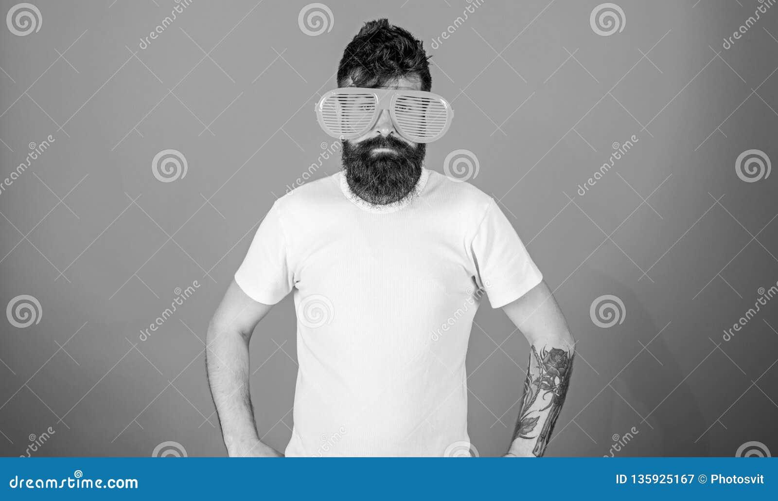 O moderno farpado do homem veste óculos de sol louvered gigantes Atributo do verão dos óculos de sol e acessório à moda O moderno