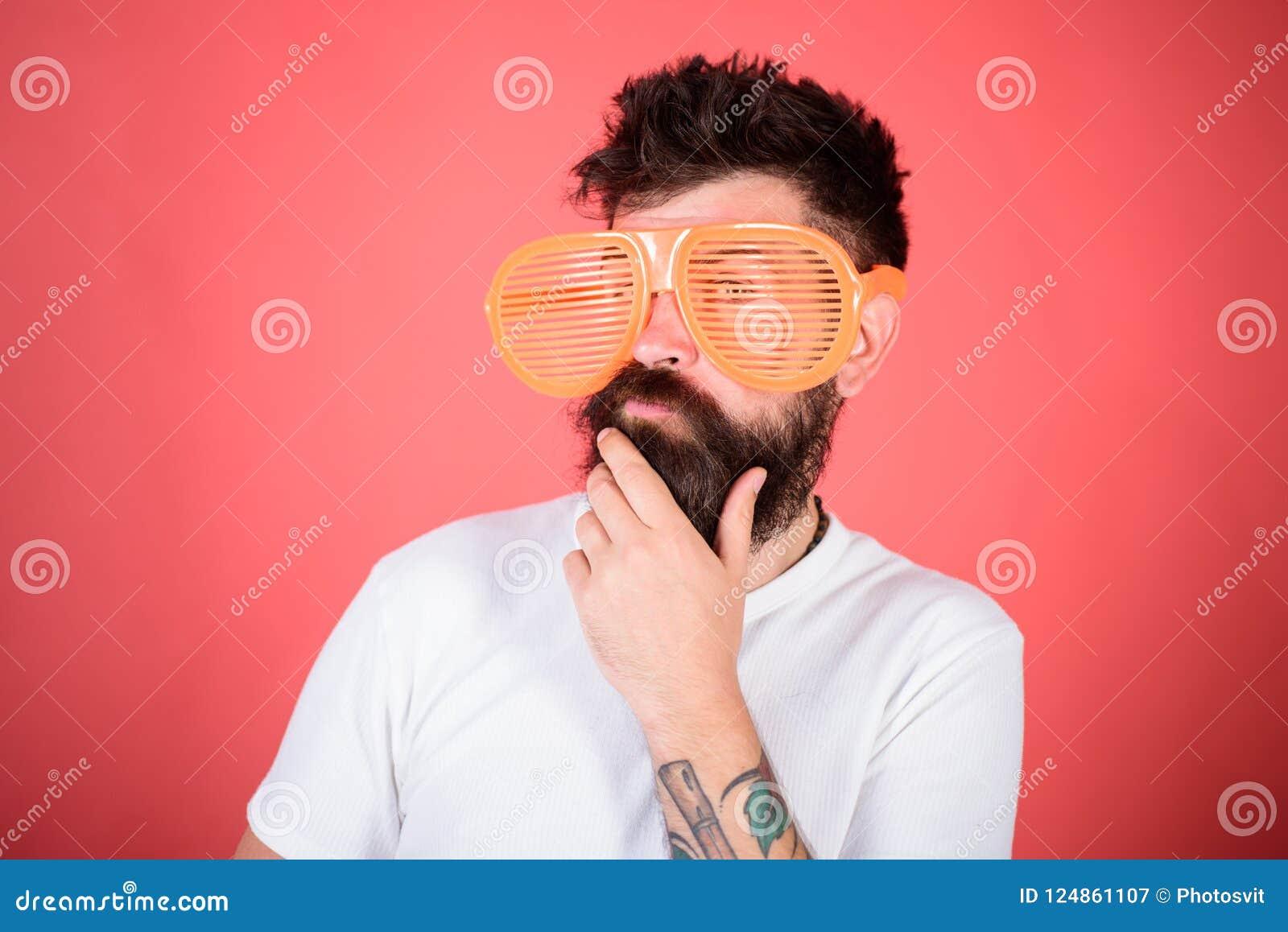 O moderno farpado do homem veste óculos de sol louvered gigantes Sistema ótico e conceito da proteção ocular Máscaras do obturado