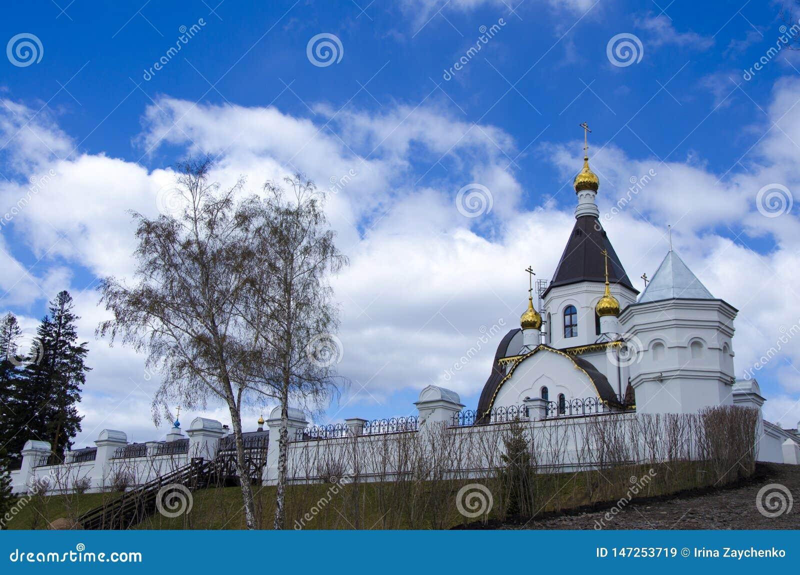 O monastério santamente da suposição da diocese de Krasnoyarsk, a igreja ortodoxa do russo, situada nos bancos do Rio Ienissei,