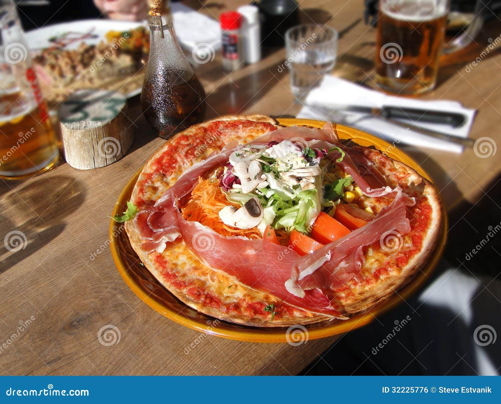 Download O Montagnard Da Pizza Inclui Uma Salada Foto de Stock - Imagem de pizza, alimento: 32225776