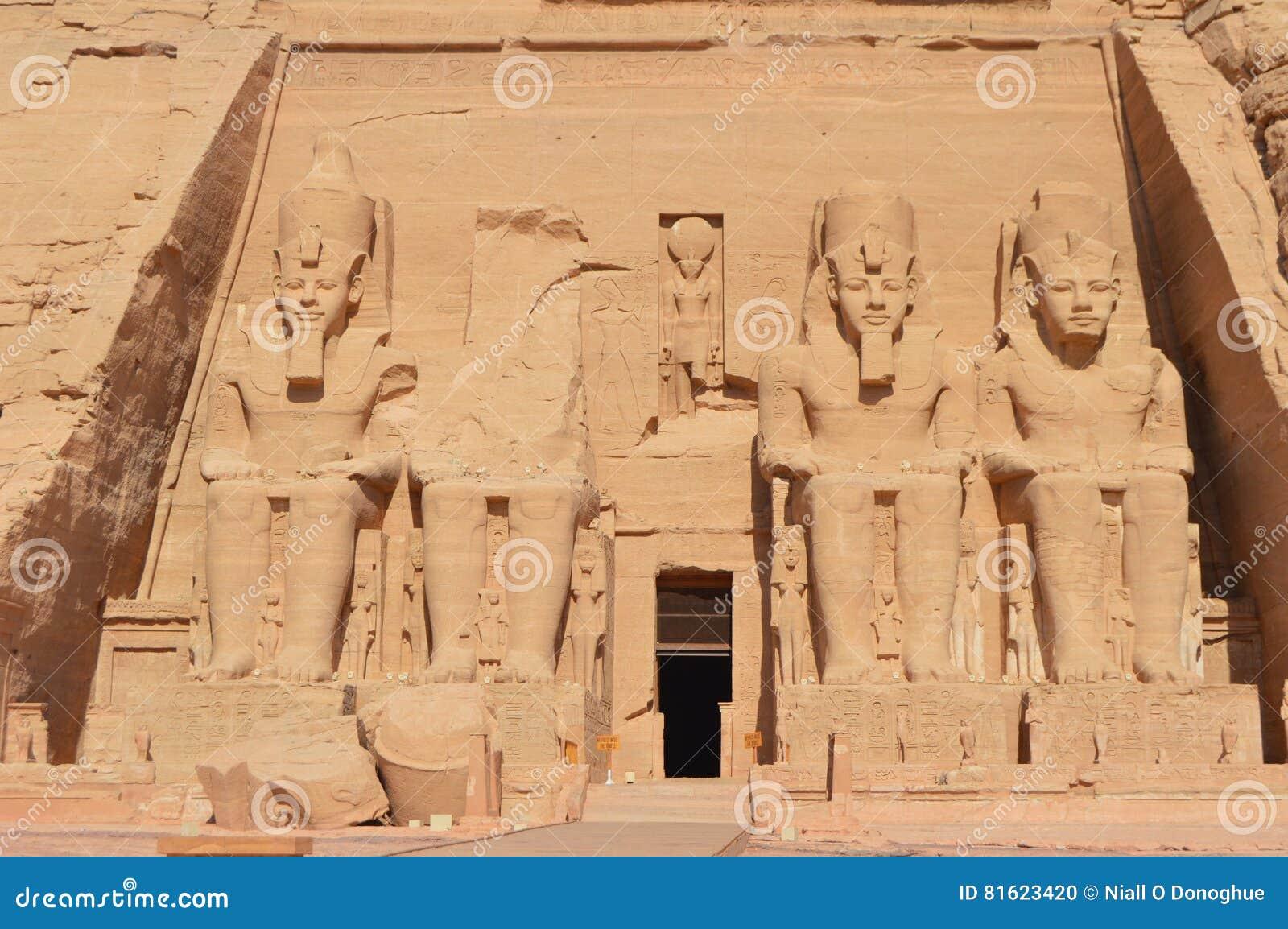 O monumento antigo impressionante em Abu Simbel