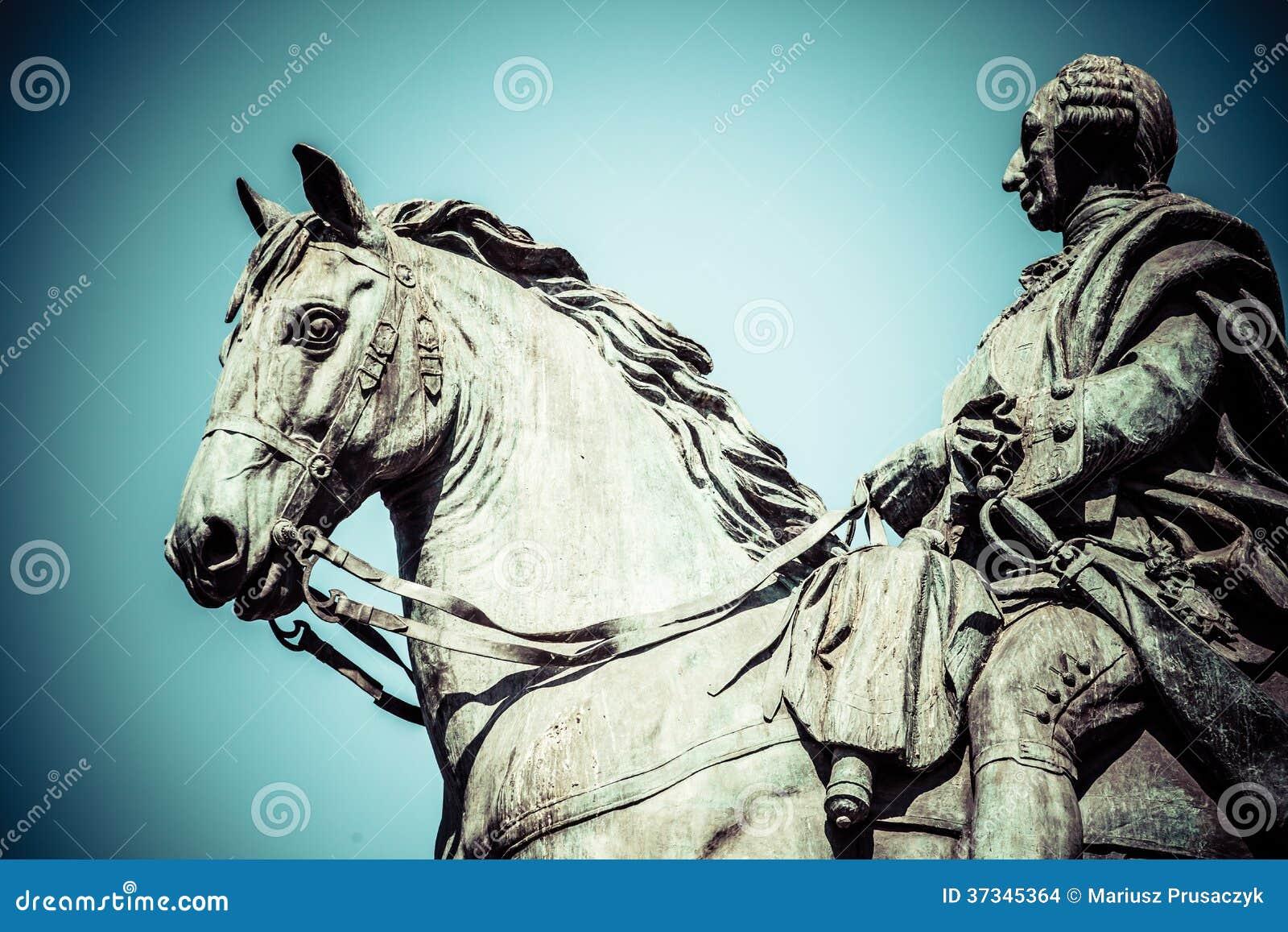 O monumento de Charles III em Puerta del Sol no Madri, Espanha