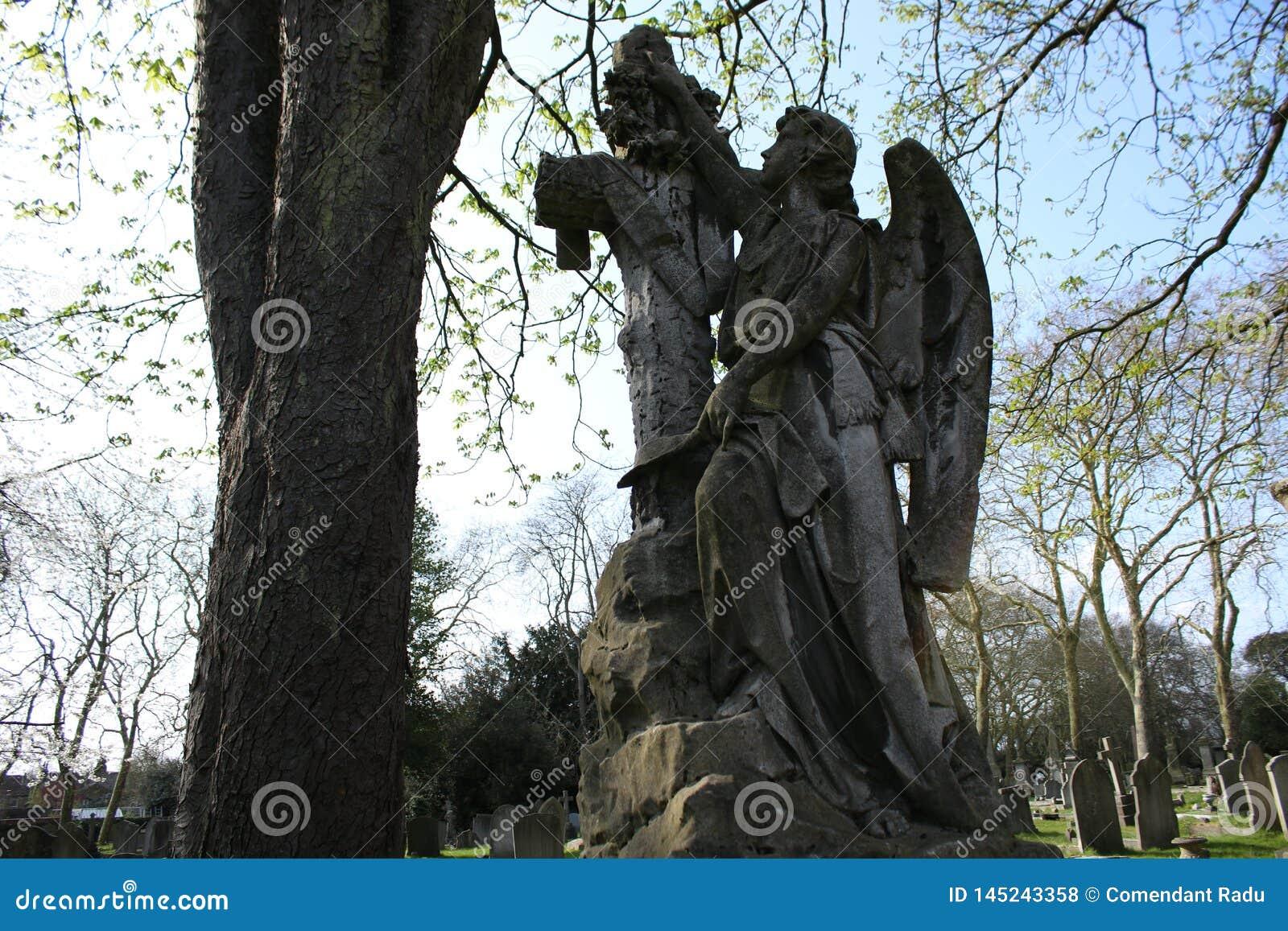 O monumento de um anjo em um cemitério em Londres