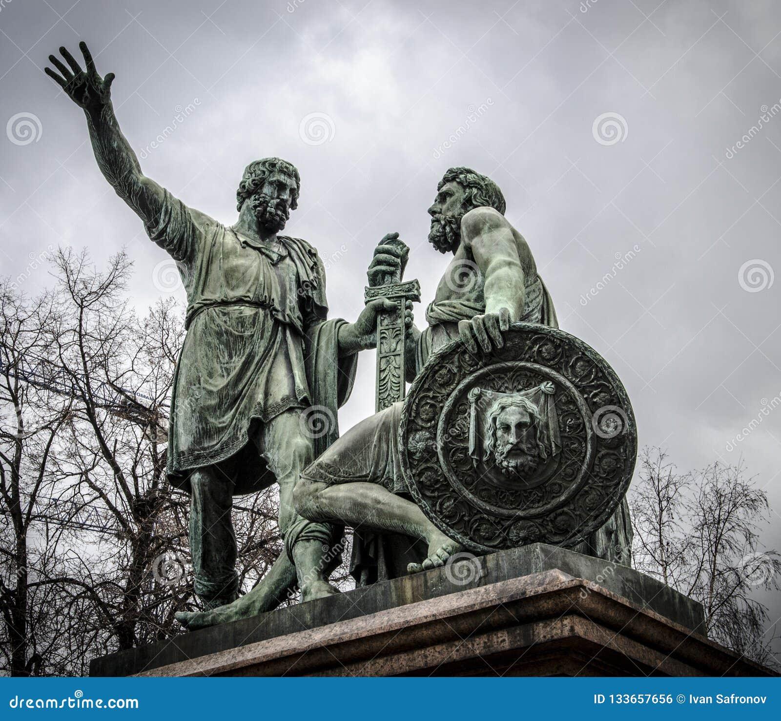O monumento a Minin e a Pozharskij