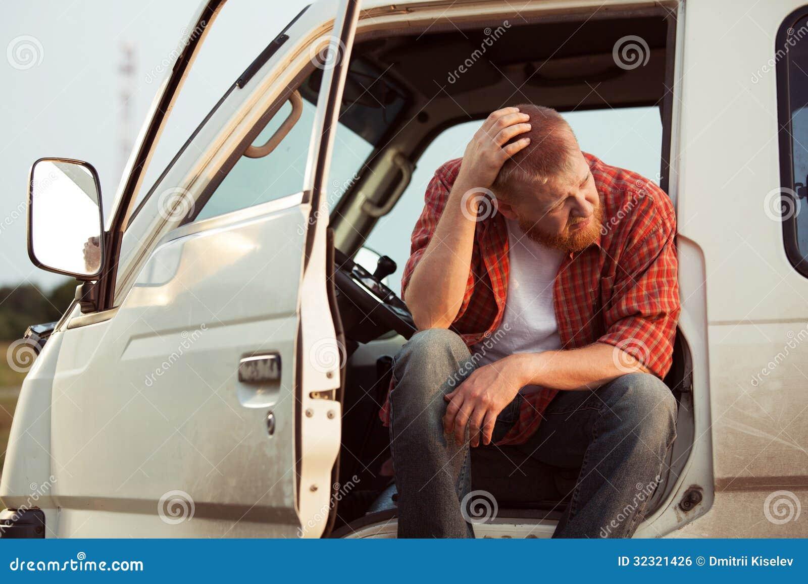 O motorista do carro está sentando o pensamento